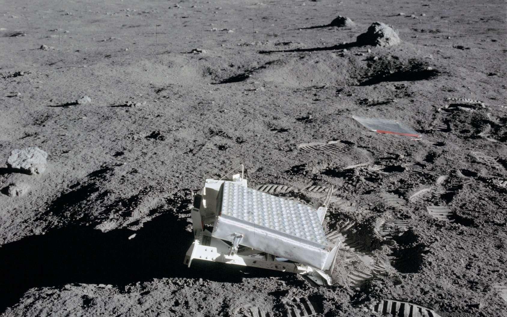 Réflecteur laser déposé lors de la mission Apollo 14 sur le sol lunaire. © Nasa