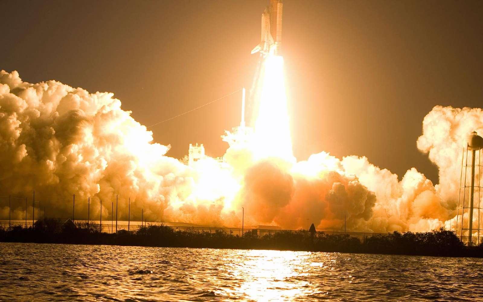 Discovery s'élance du pas de tir de Cap Canaveral le dimanche 15 mars 2009 à 23 h 43 TU. © Nasa