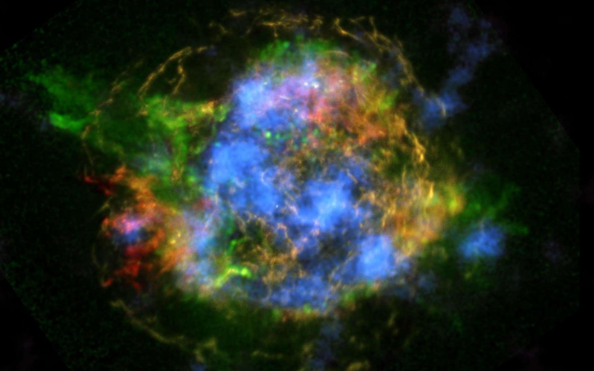 Montrées en fausses couleurs, les émissions dans le domaine des rayons X causées par divers mécanismes dans les restes de la supernova associés à la source radio Cassiopée A. Nustar vient de détecter les émissions (en bleu) du titane 44, un isotope radioactif. Sa répartition est un traceur de l'état de la matière dans l'étoile au moment où elle est devenue une supernova. © Nasa, JPL-Caltech, CXC, SAO