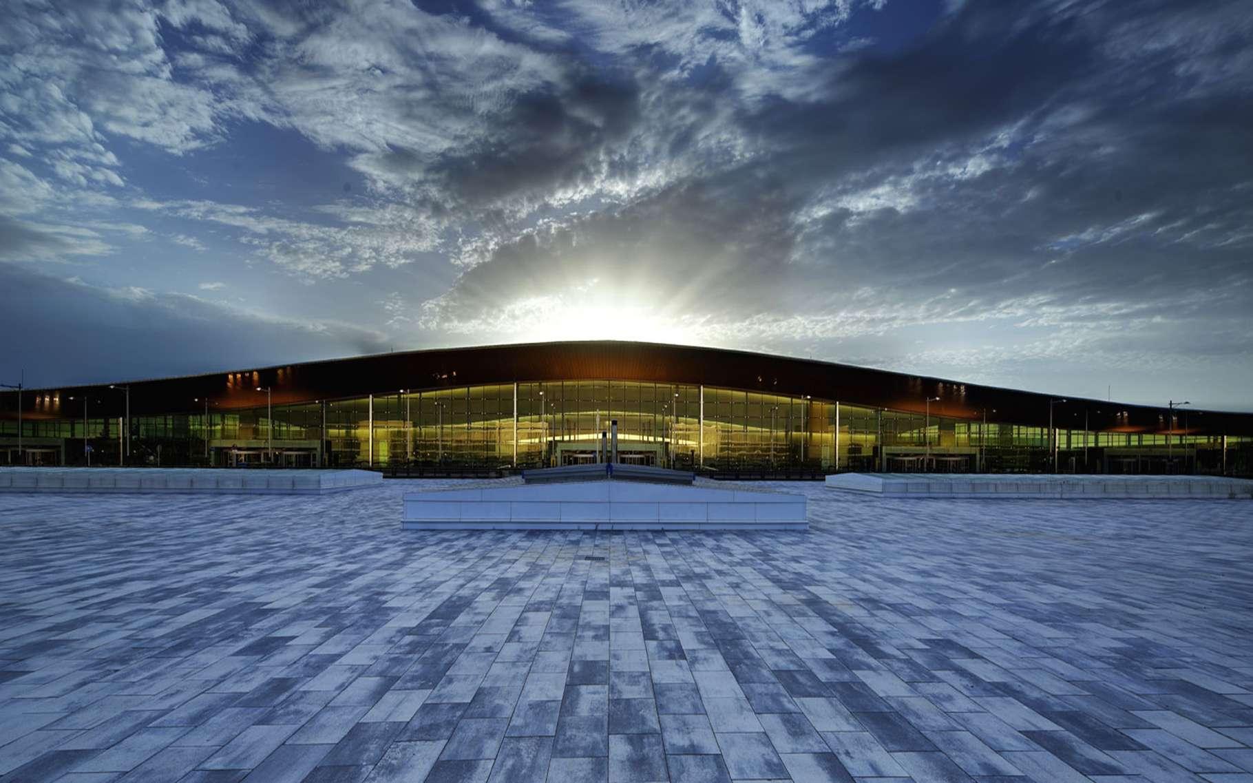 Le terminal 1 de l'aéroport de Barcelone (Espagne) a été inauguré en 2010. Il est l'œuvre — tout comme le terminal 2 — de l'architecte espagnol Ricardo Bofill. Sa forme générale ondulée rappelle tout simplement celle d'un avion. Et grâce à des murs totalement en verre, il est littéralement inondé de lumière naturelle. Imaginé dans un souci de durabilité, le toit en aluminium du bâtiment est équipé d'une centaine de panneaux solaires qui permettent de chauffer 70 % de l'eau utilisée dans ce terminal. © RBTA Marketing Team, Wikimedia, CC0