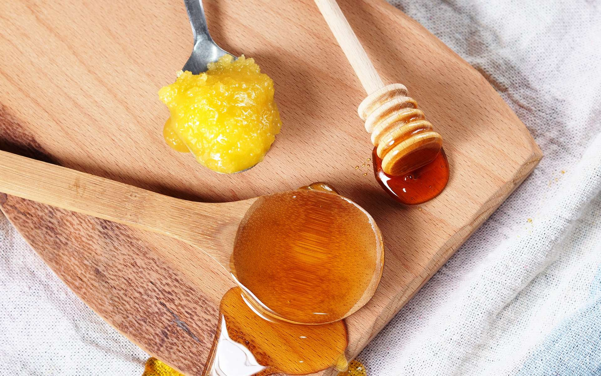 Le miel se cristallise naturellement au cours du temps, selon sa composition et la température. © tenkende, Adobe Stock