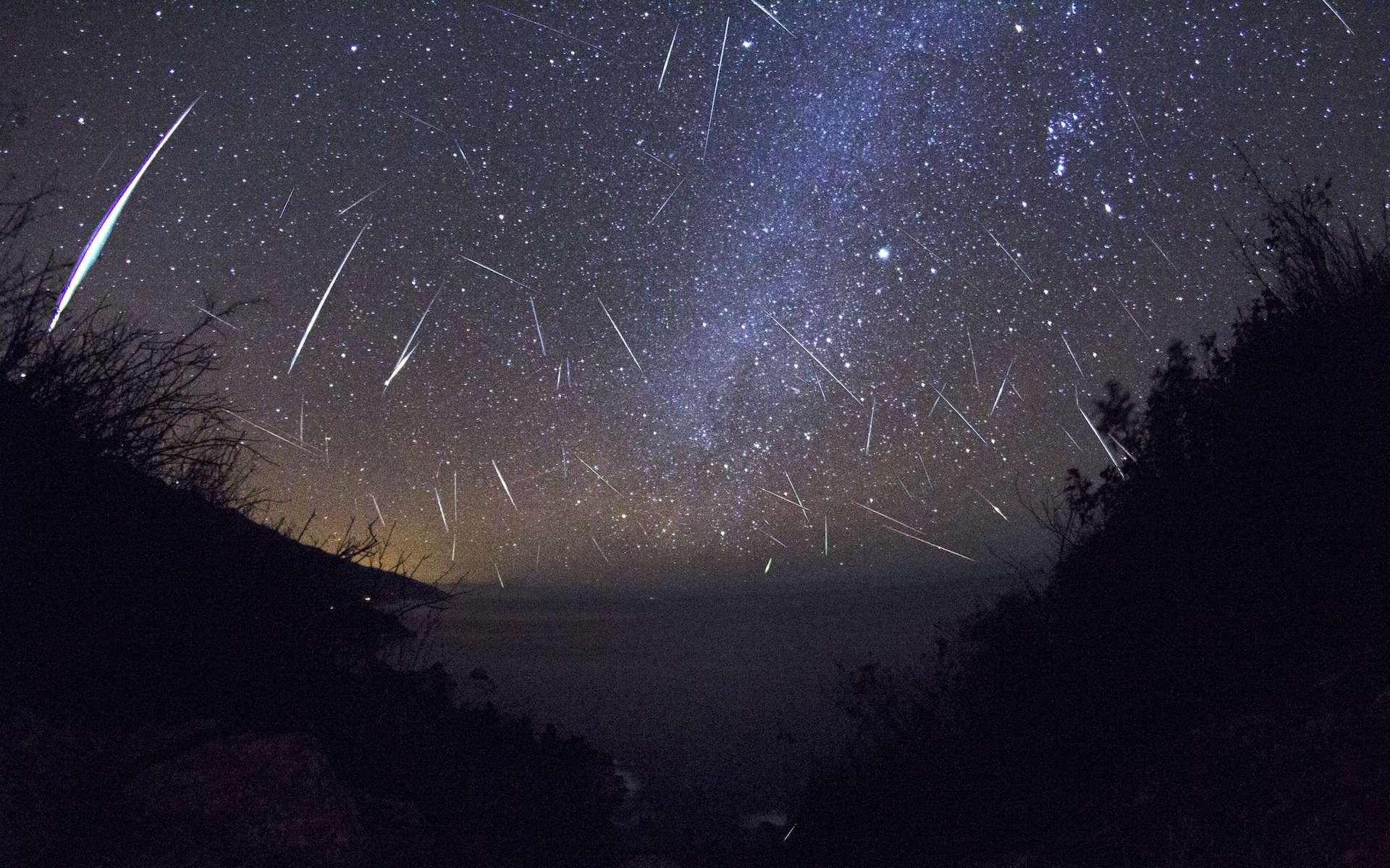 Image composite des Orionides photographiées en octobre 2015. En haut à gauche, on reconnaît la constellation d'Orion. © Slooh Observatory