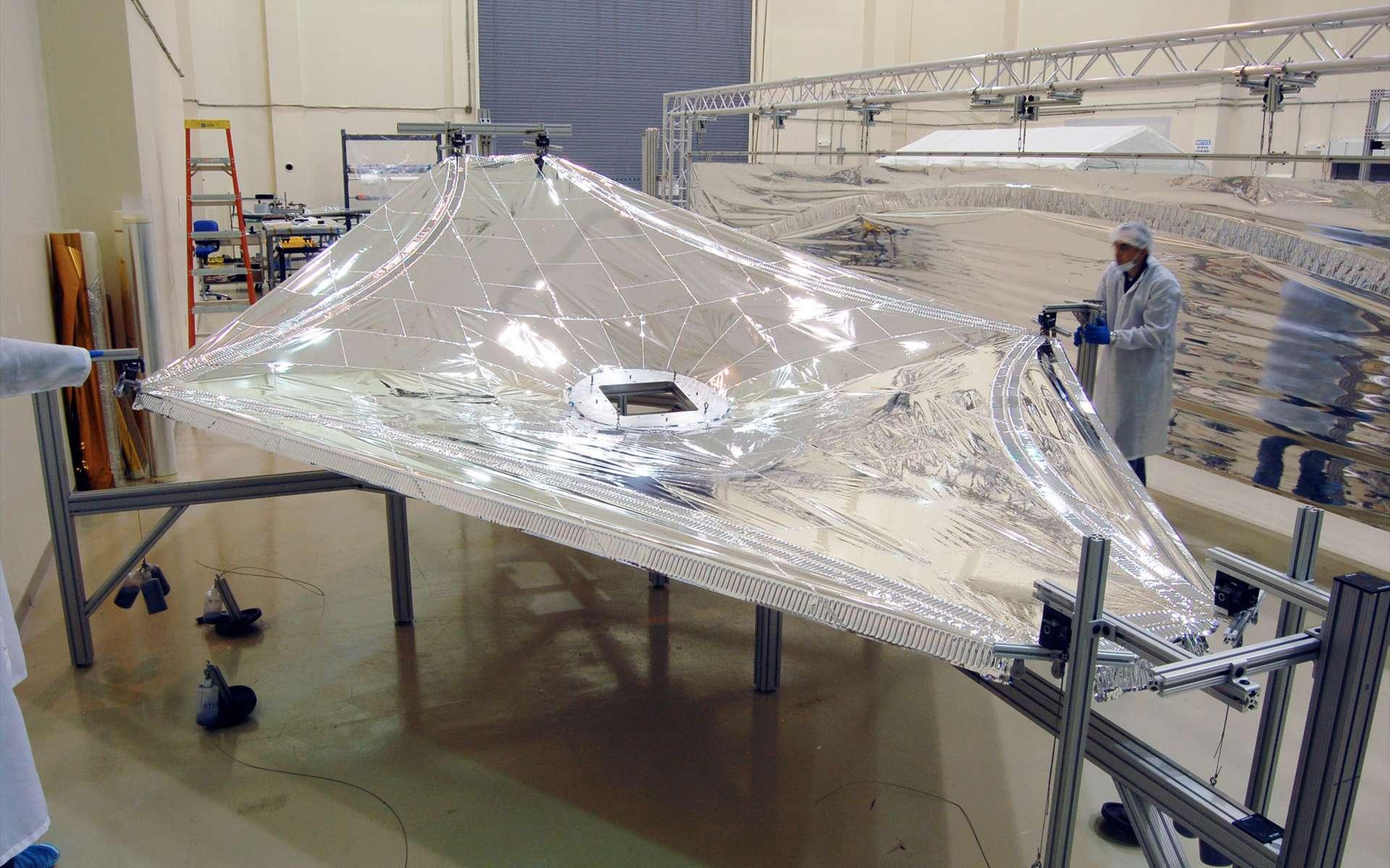 Essai de déploiement et de tension d'une maquette au 1/3 du bouclier thermique du télescope spatial James Webb. © Nasa