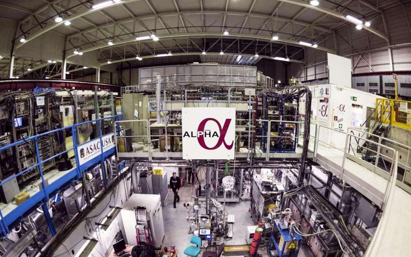 Une vue générale de l'expérience Alpha (Antihydrogen Laser Physics Apparatus), au Cern. Elle permettra peut-être de comprendre pourquoi l'univers observable contient plus de matière que d'antimatière alors que les lois connues de la physique exigent leur création en des quantités rigoureusement égales pendant le Big Bang. Avec Alpha, les physiciens traquent d'éventuelles différences entre les atomes d'hydrogène et d'antihydrogène. © Maximilien Brice, Cern