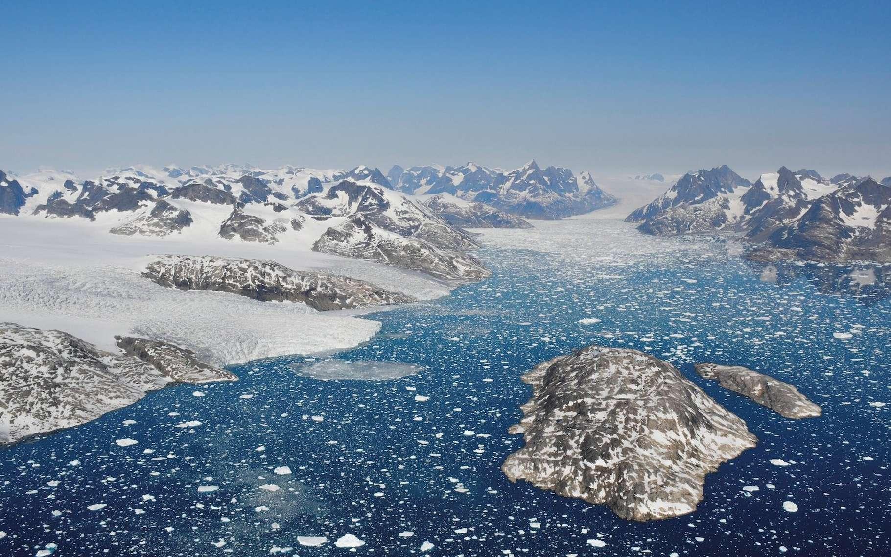 Des glaciers rejettent des icebergs dans les eaux du fjord de Mogens Heinesen, au sud-ouest du Groenland. © Benoit Lecavalier, Université mémoriale de Terre-Neuve