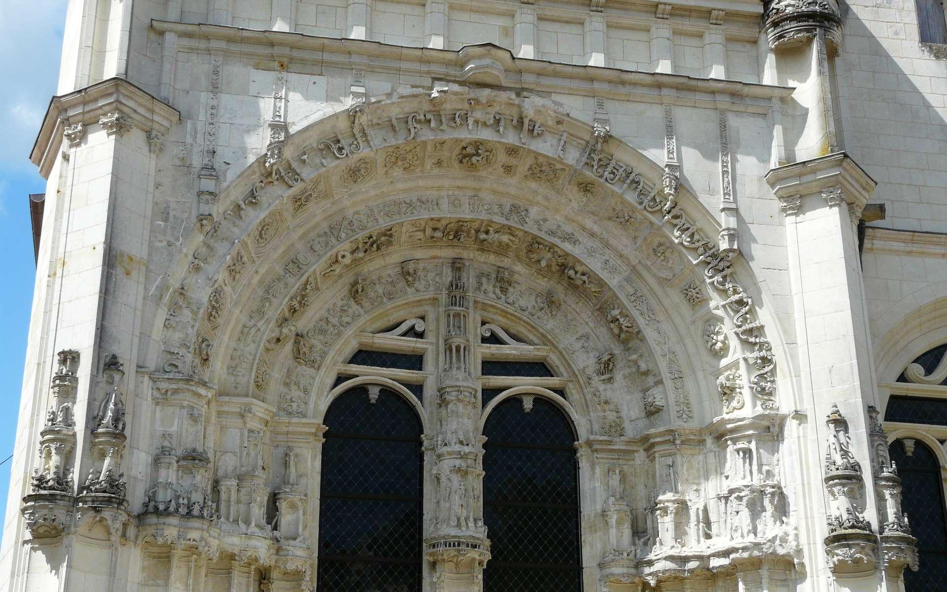 L'archivolte désigne l'ensemble des ornements du pourtour d'un arc ou d'une voûte. Ici, les archivoltes de l'église Saint-Pierre du marché située à Loudun, France. © Père Igor, CC BY-SA 3.0, Wikimedia Commons