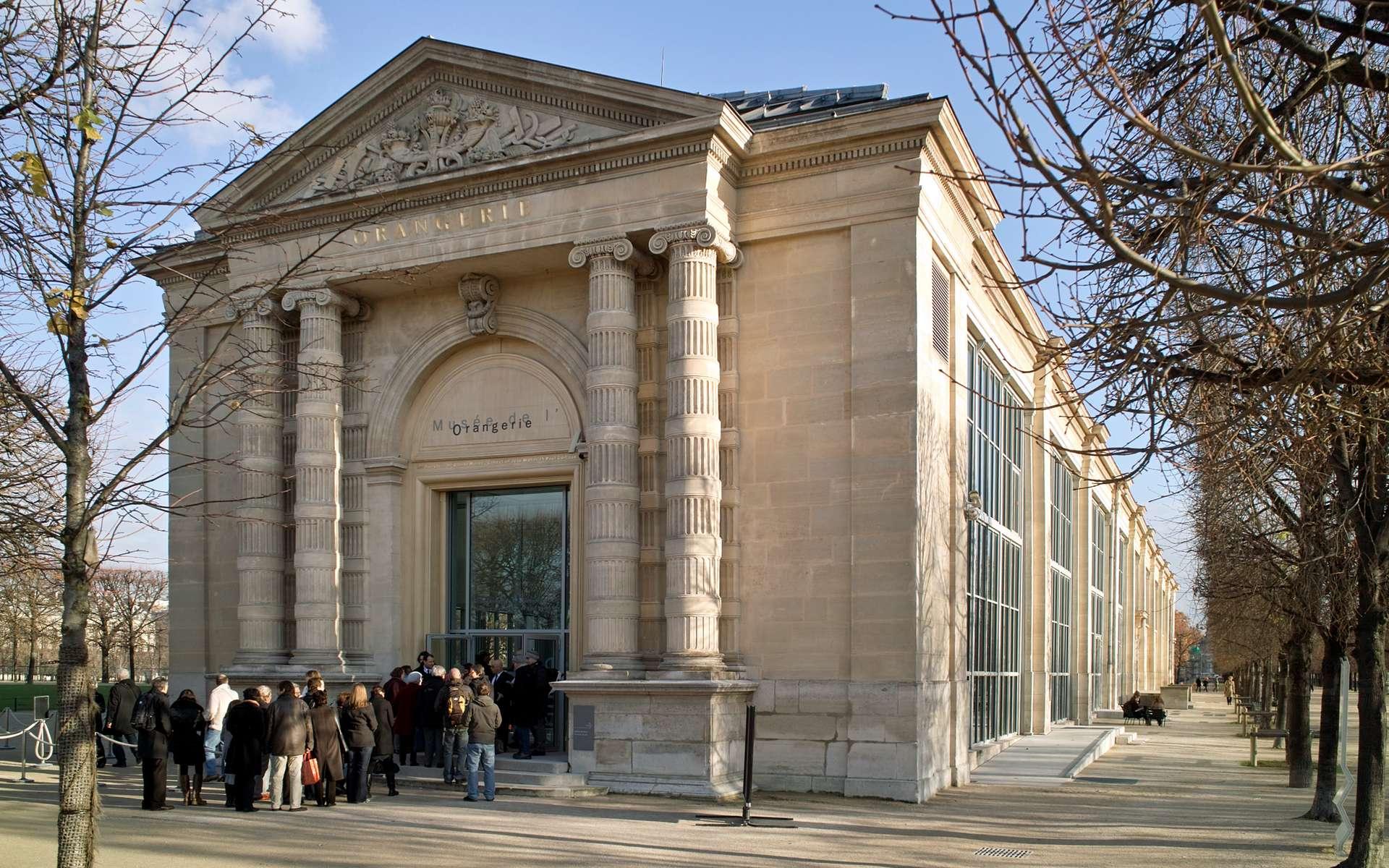 L'entrée du musée de l'Orangerie, à Paris. Le décor extérieur des deux portes est signé par l'architecte Visconti. Les deux colonnes sont surmontées d'un fronton triangulaire sculpté par Charles-Gallois Poignant. © Traktorminze CC by-sa 3.0