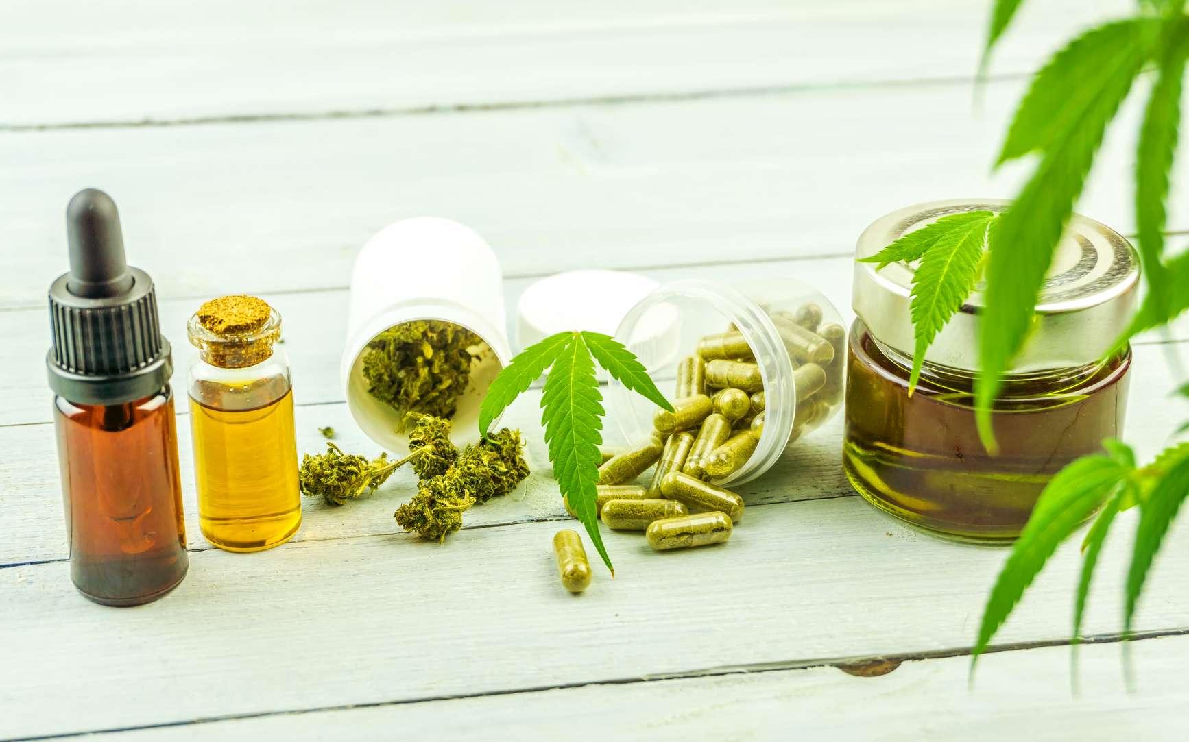 Du cannabidiol, un des composés principal du cannabis, sous différentes formes (huiles, fleurs, gélules et crèmes). © Mysteryshot, Fotolia