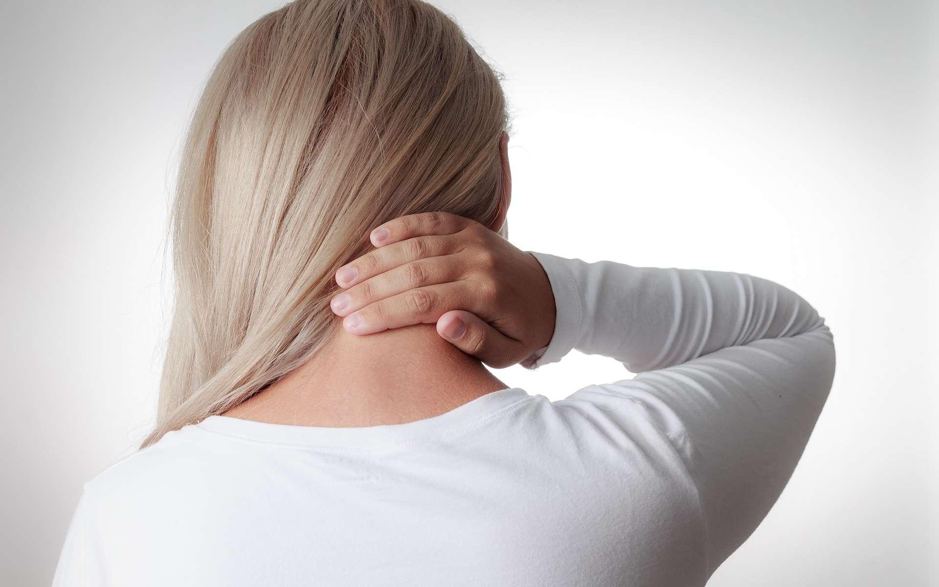 La raideur de la nuque est caractéristique du syndrome méningé. © Kleber Cordeiro, Shutterstock