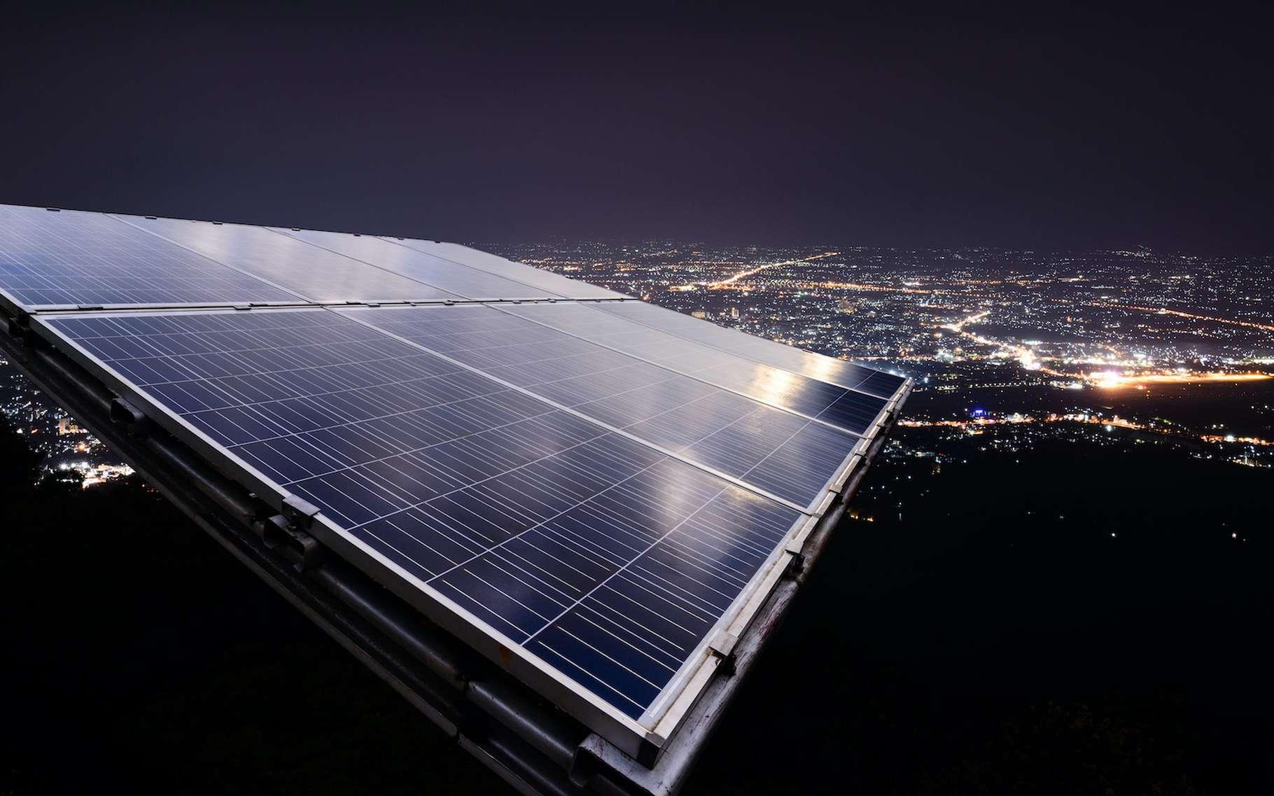 Des chercheurs semblent avoir mis au point une cellule solaire inversée qui génère de l'électricité en émettant de la chaleur vers l'espace pendant la nuit. © Eakkaluk, Adobe Stock