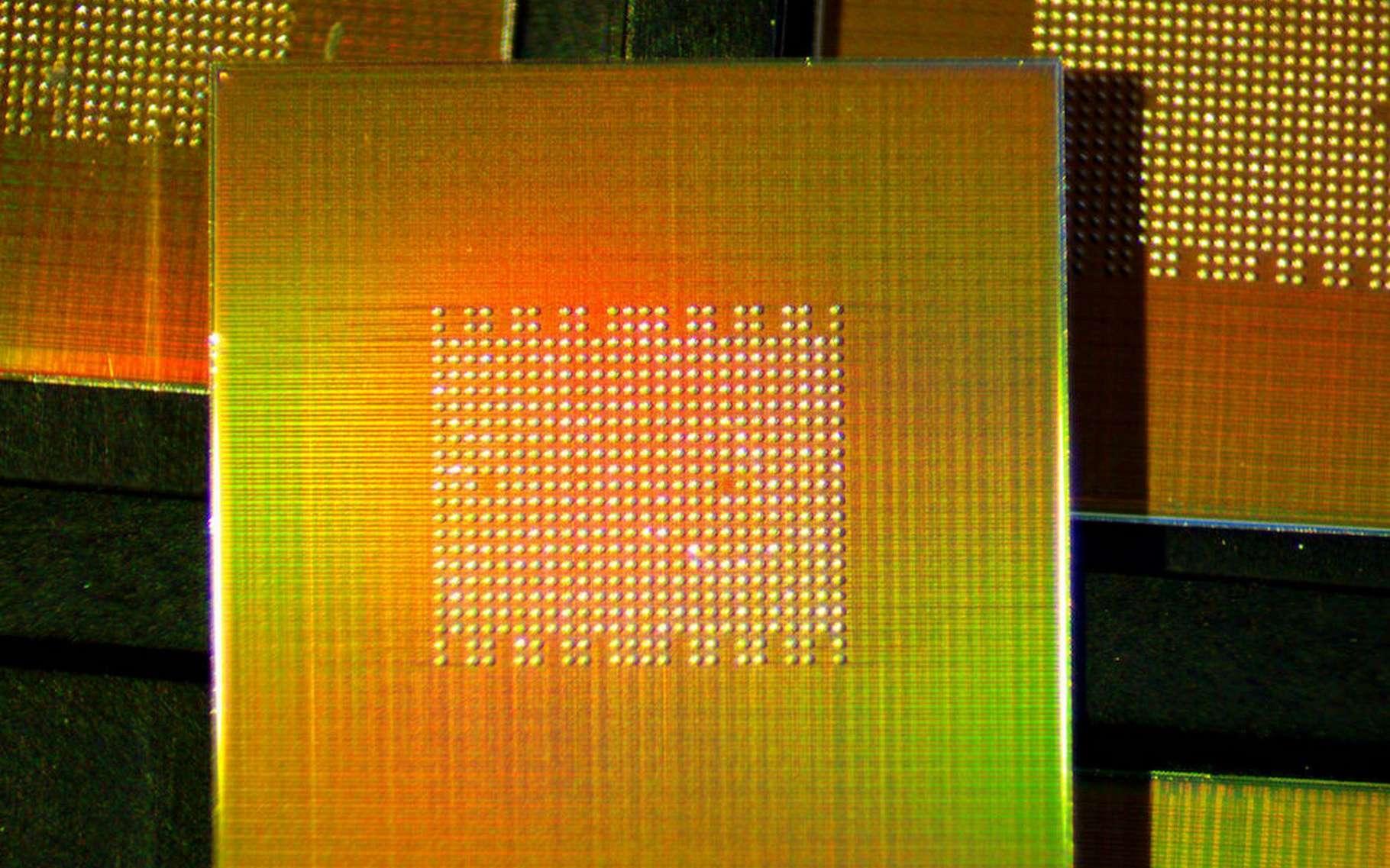 Sur cette puce électronique se trouvent 1.000 processeurs de calcul de 1,78 GHz qui fonctionnent de manière totalement indépendante. © Andy Fell, UC Davis