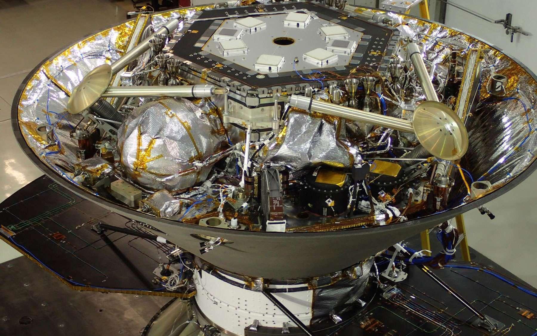 Construit par Lockheed Martin, l'atterrisseur InSight doit se poser à la surface de Mars pour étudier son sous-sol, notamment à l'aide d'un sismomètre fourni par le Cnes, SEIS (Seismic Experiment for Interior Structure). Il est vu ici, retourné, avec les trois jambes repliées, à l'intérieur de son bouclier thermique. © Nasa, JPL-Caltech / Lockheed Martin