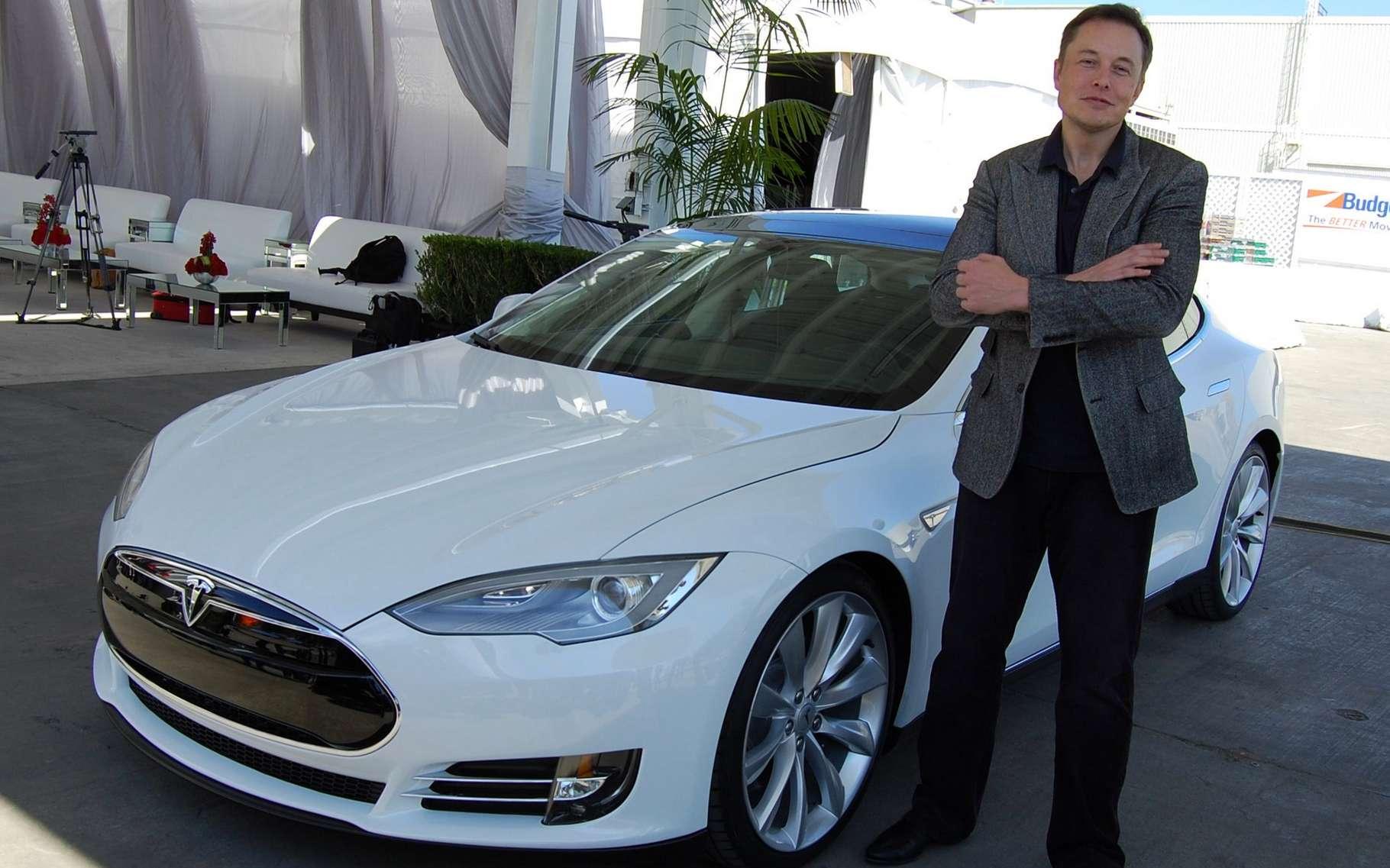 Dix ans après avoir annoncé et réalisé la première partie de son grand plan, Elon Musk prend à nouveau date avec une deuxième partie encore plus audacieuse. Sur cette photo de 2011, il pose devant une Tesla Model S. © Maurizio Pesce, Wikimedia Commons, CC by 2.0