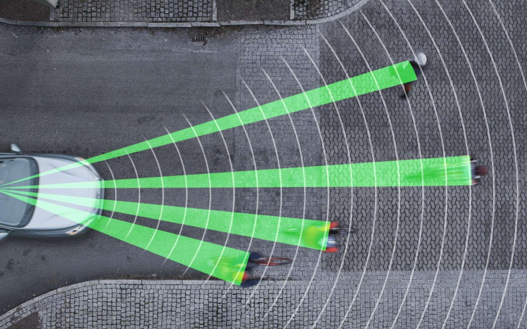 La technologie développée par Volvo repose sur un radar bimode, placé dans la calandre, et associé à une caméra haute définition qui se trouve dans le rétroviseur intérieur. Le système peut suivre simultanément des piétons qui marchent sur les trottoirs et les cyclistes qui circulent sur la même voie que la voiture équipée. © Volvo