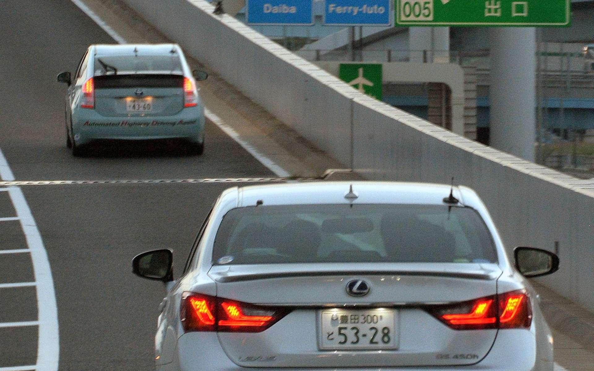 Le système de conduite Automated Highway Driving Assist testé en conditions réelles sur une autoroute japonaise : la voiture communique par radio avec les systèmes de suivi du trafic. © AFP Photo, Yoshikazu Tsuno