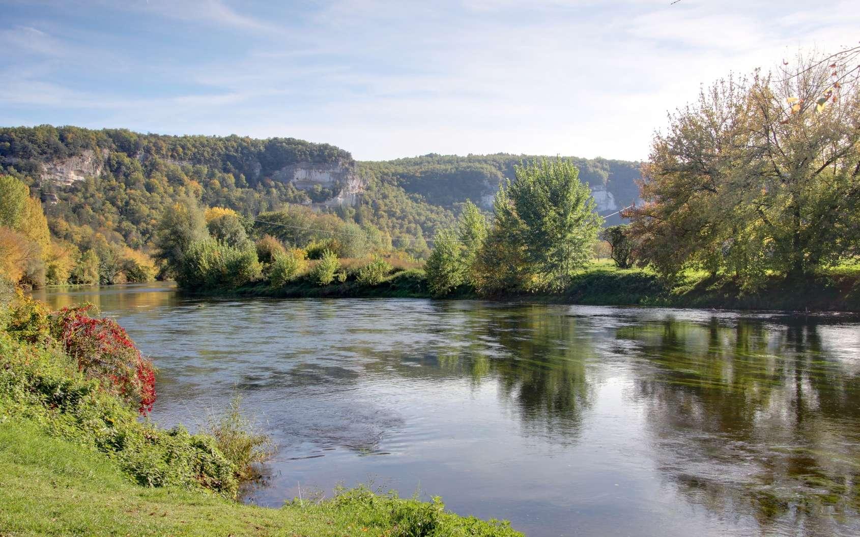 La vallée de la Dordogne aujourd'hui. Dans cette région ont vécu des Homo sapiens qui s'installaient partout en Europe. Leur culture, dite aurignacienne, était partagée sur un vaste territoire et durant des millénaires. © Lotharingia