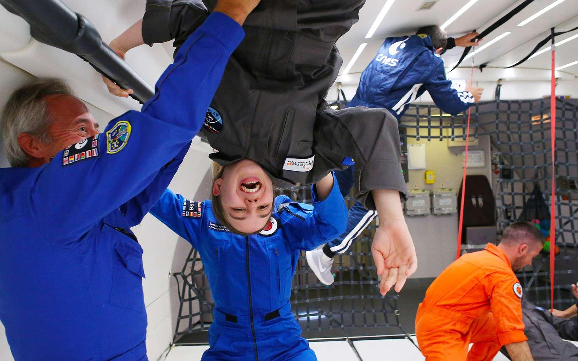 À bord de l'Airbus A310 Zero-G de Novespace, l'astronaute Jean-François Clervoy fait découvrir les joies de l'apesanteur à une enfant touchée par un handicap. © Novespace
