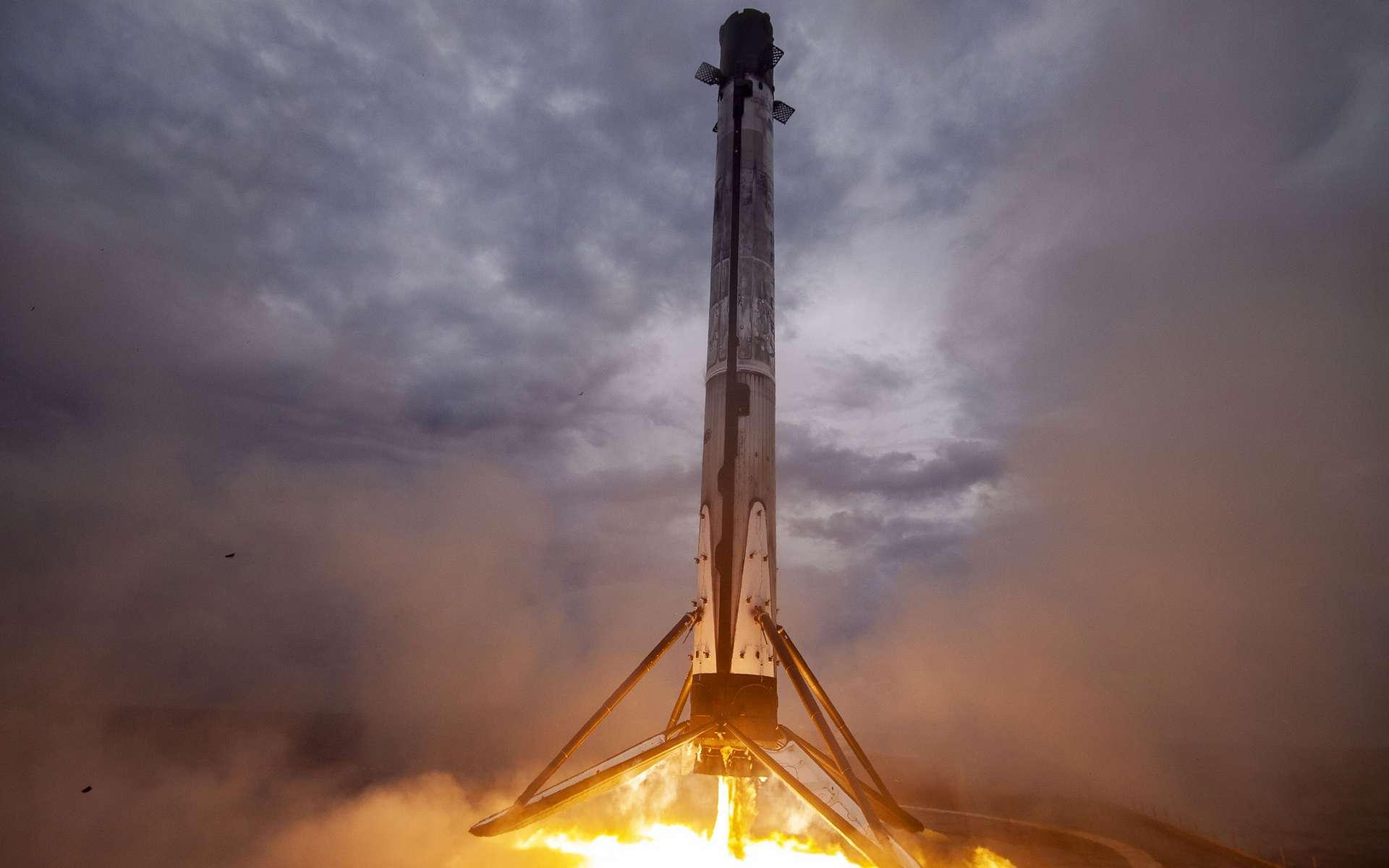 Retour de l'étage principal du Falcon 9 utilisé pour lancer le Crew Dragon de SpaceX lors de démo-2 en mai 2020. © SpaceX