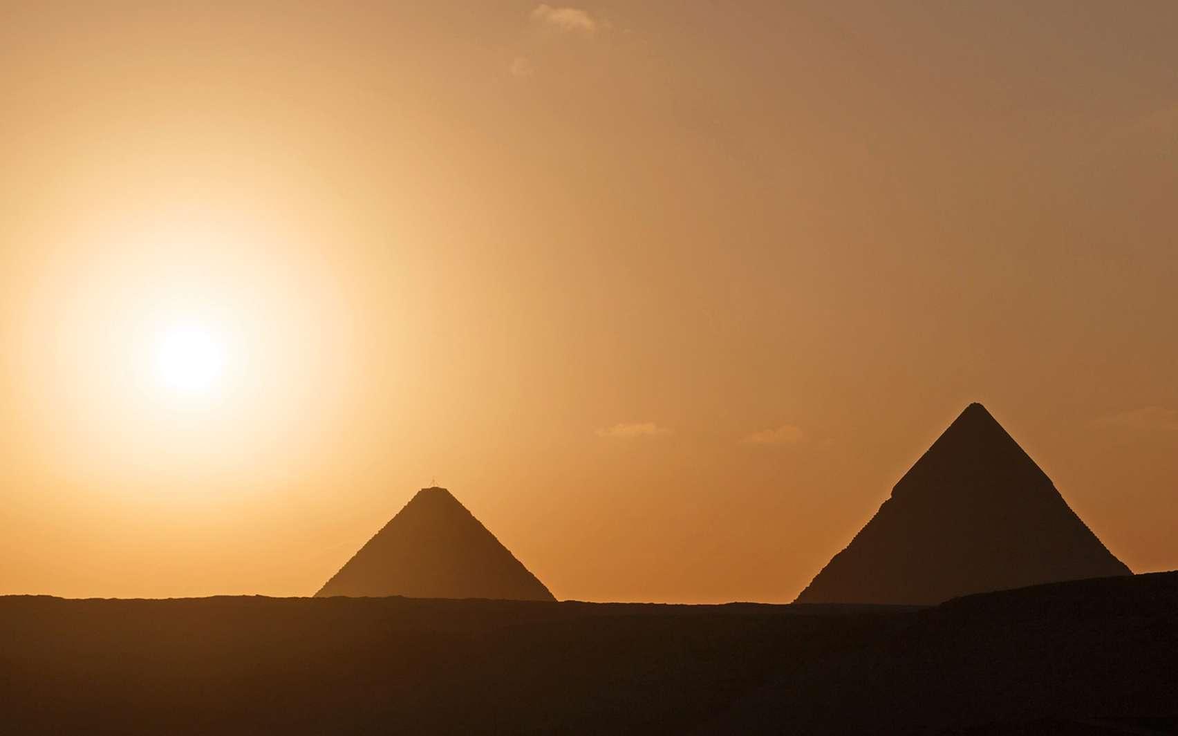 Pyramides du plateau de Gizeh. La pyramide de Khéops est la seule « merveille du monde » encore visible aujourd'hui. © romantiche, fotolia