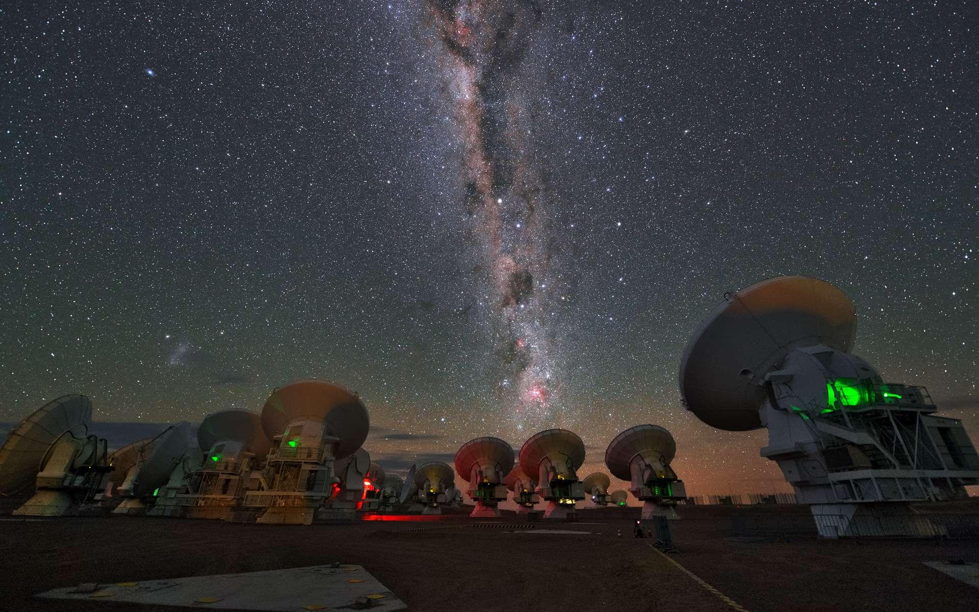 Cette image UHD montre plusieurs antennes Alma au Llano Chajnantor (llano en espagnol signifiant « plateau »). Au-dessus d'eux, la voie lactée est visible. © ESO/Y. Beletsky