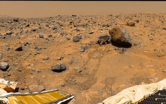 Panorama à 360° réalisé par la station Pathfinder lors de ses 8e, 9e et 10e jours martiens. On peut suivre à la trace le petit rover Sojourner, alors collé contre le gros rocher baptisé Yogi. À l'horizon, au loin, on aperçoit Twin Peaks, reliefs nommés en référence à la série de David Lynch. © Nasa, JPL
