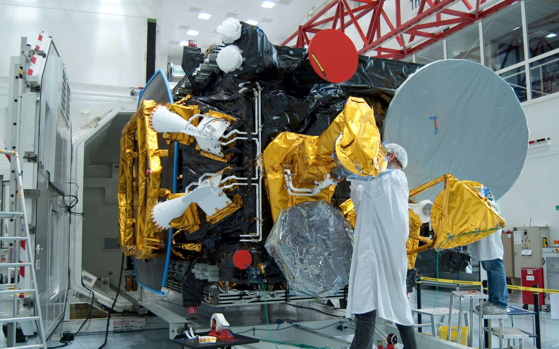 Le satellite Yamal-402 dans les locaux cannois de Thales Alenia Space, quelques jours avant son transfert à Baïkonour, début novembre. L'opération de sauvetage a permis d'amener le satellite sur la bonne orbite deux jours plus tard que prévu. © Rémy Decourt, Futura-Sciences