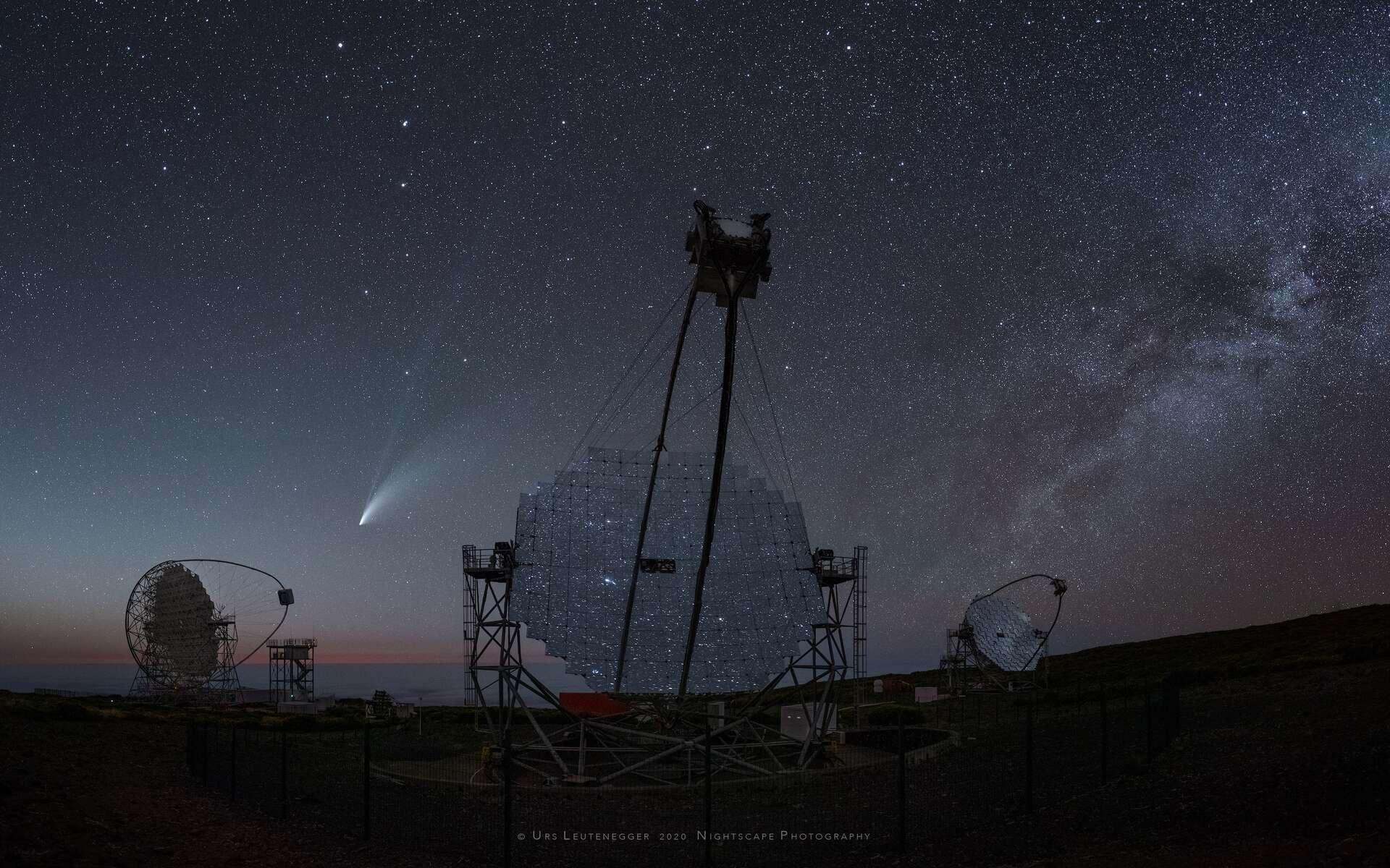 La comète Neowise photographiée dans le ciel des Canaries, au-dessus des télescopes de 17 mètres de diamètre de l'observatoire Roque de los Muchachos. © Urs Leutenegger, Apod (Nasa)