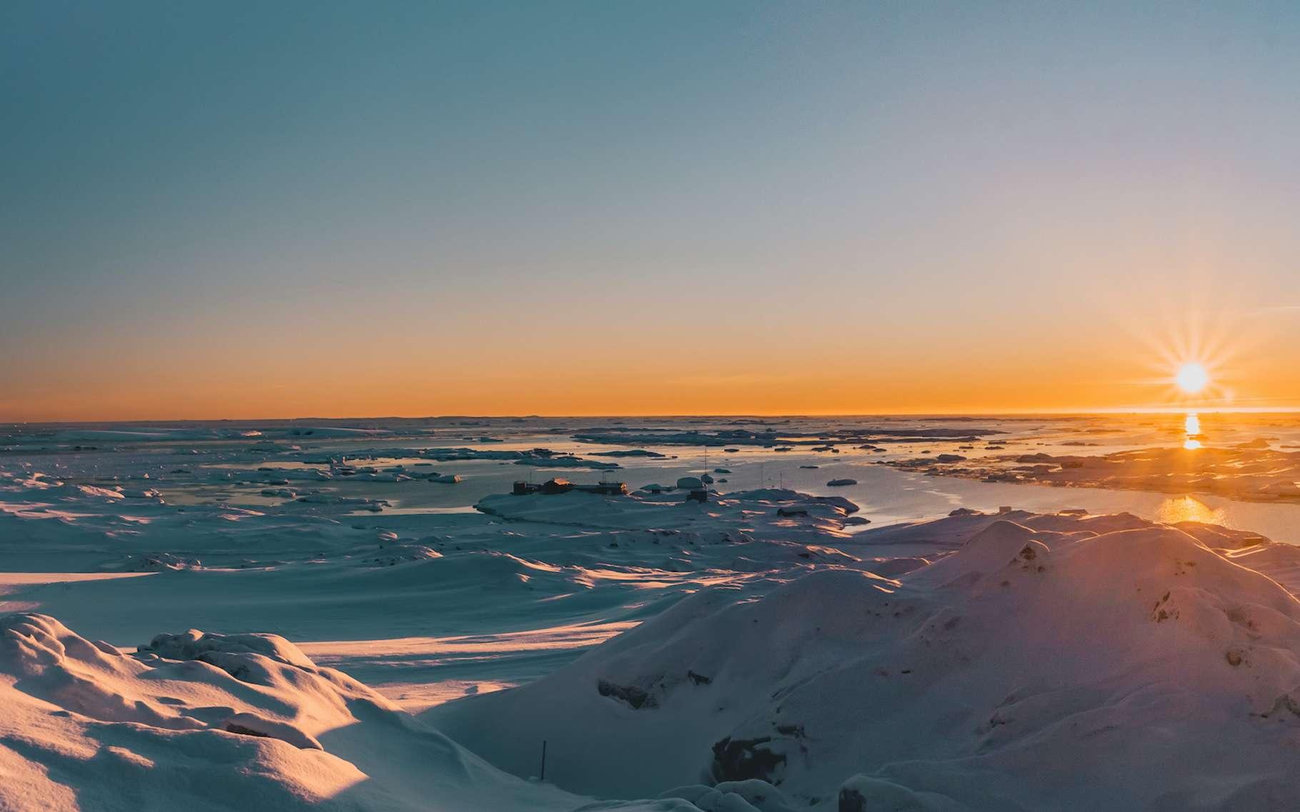 Des chercheurs de l'Académie des sciences chinoise estime l'impact du réchauffement climatique et des activités humaines sur le déplacement des pôles nord et sud — ici un paysage antarctique. © Goinyk, Adobe Stock