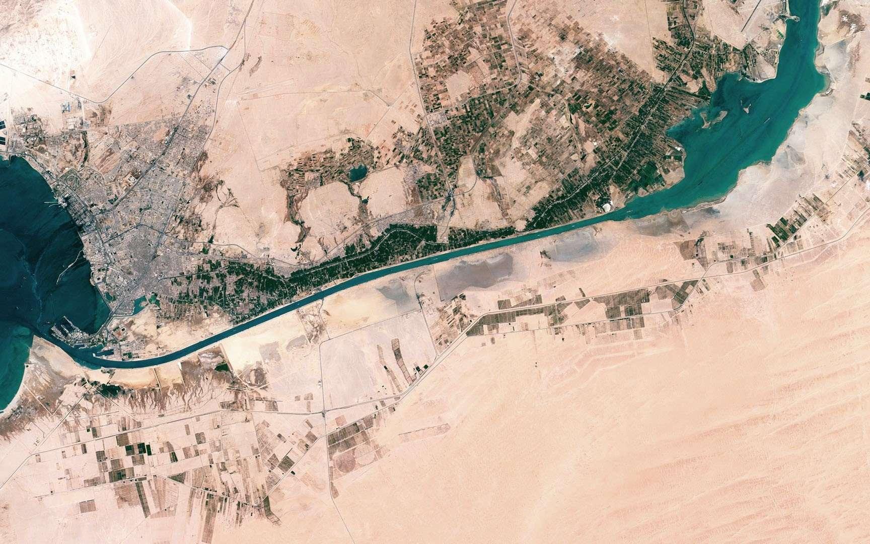 Vue aérienne de la partie sud du canal de Suez, depuis la ville de Suez et la mer Rouge (à gauche de l'image) jusqu'aux lacs Amers (en haut à droite). © Axelspace Corporation.