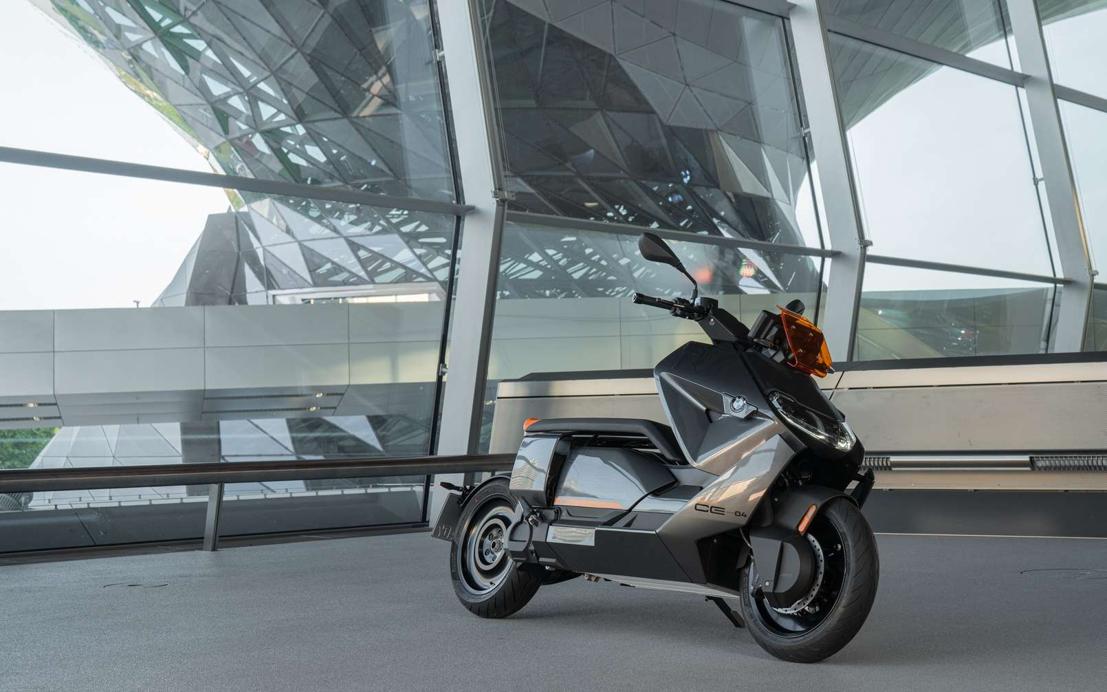 La version de série du BMW CE 04 reprend presque trait pour trait le Concept Link présenté en 2017. © BMW
