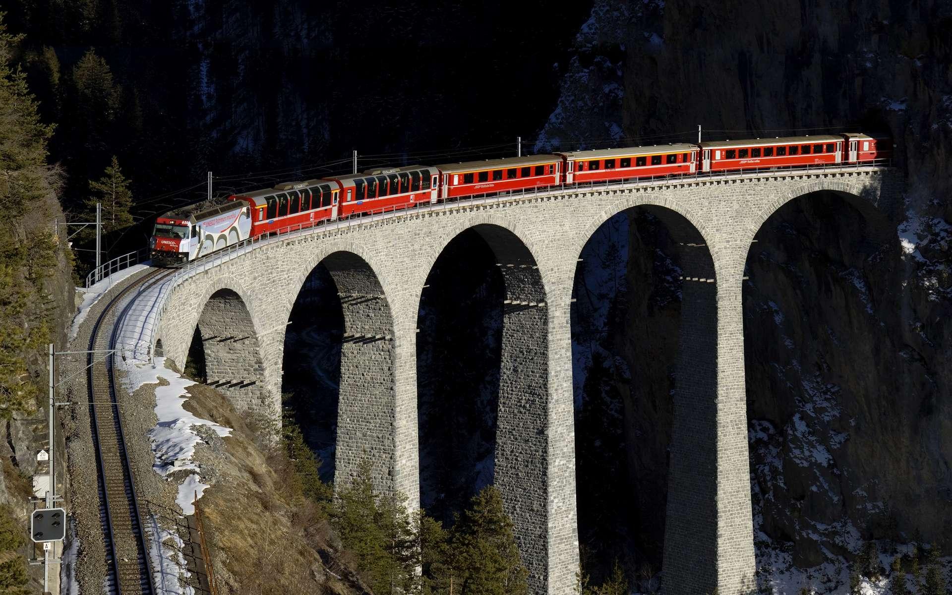 Le Bernina circule sur la ligne de l'Albula, et sur le viaduc de Landwasser, tous deux inscrits au patrimoine mondial de l'Unesco. Le pont, construit entre 1901 et 1903, fait 136 mètres de longueur et 65 mètres de hauteur. Kabelleger, David Gubler, Wikimedia Commons CC by-sa 3.0