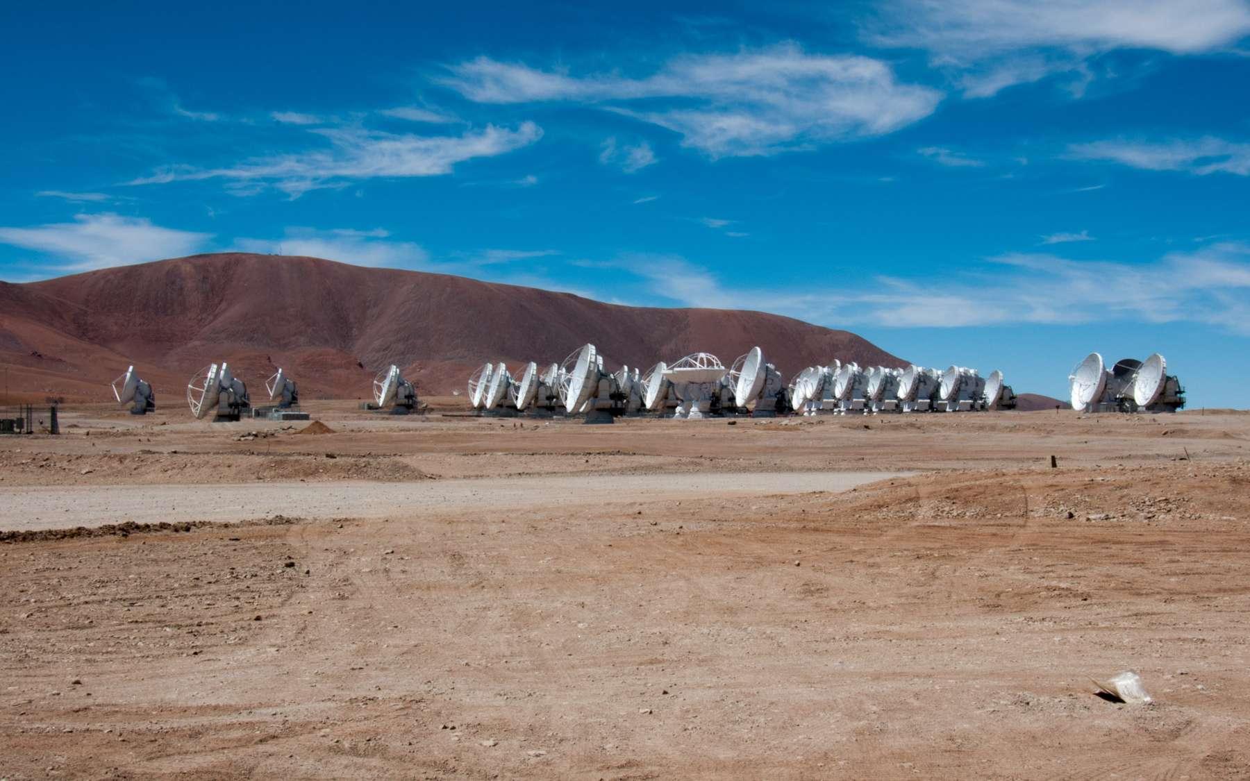 Installé sur le plateau de Chajnantor, au Chili, à plus de 5.000 mètres d'altitude, l'observatoire Alma scrute le ciel avec ses dizaines d'antennes. Au total, 25 d'entre elles ont été construites par Thales Alenia Space. © Rémy Decourt
