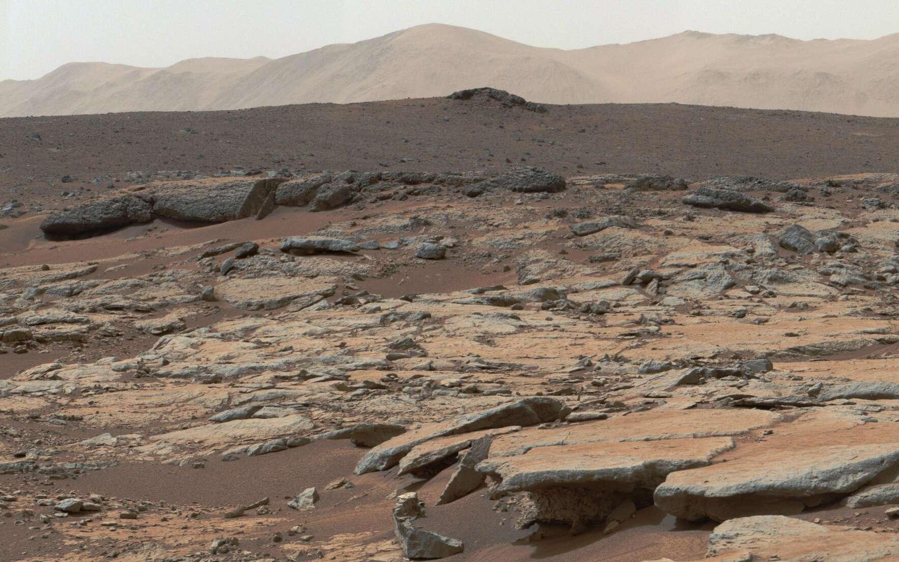 Cette mosaïque d'images de l'instrument Mast Camera (Mastcam), sur le rover Curiosity Mars de la Nasa, montre une série de dépôts sédimentaires dans la région de Glenelg du cratère Gale, d'un point de vue dans la baie de Yellowknife en regardant vers l'ouest-nord-ouest. Mastcam a pris les images de cette mosaïque lors du 188e jour martien de Curiosity sur Mars (14 février 2013). L'image a été équilibrée en blanc pour montrer à quoi ressembleraient les roches s'il y en avait sur Terre. © Nasa, JPL-Caltech, MSSS