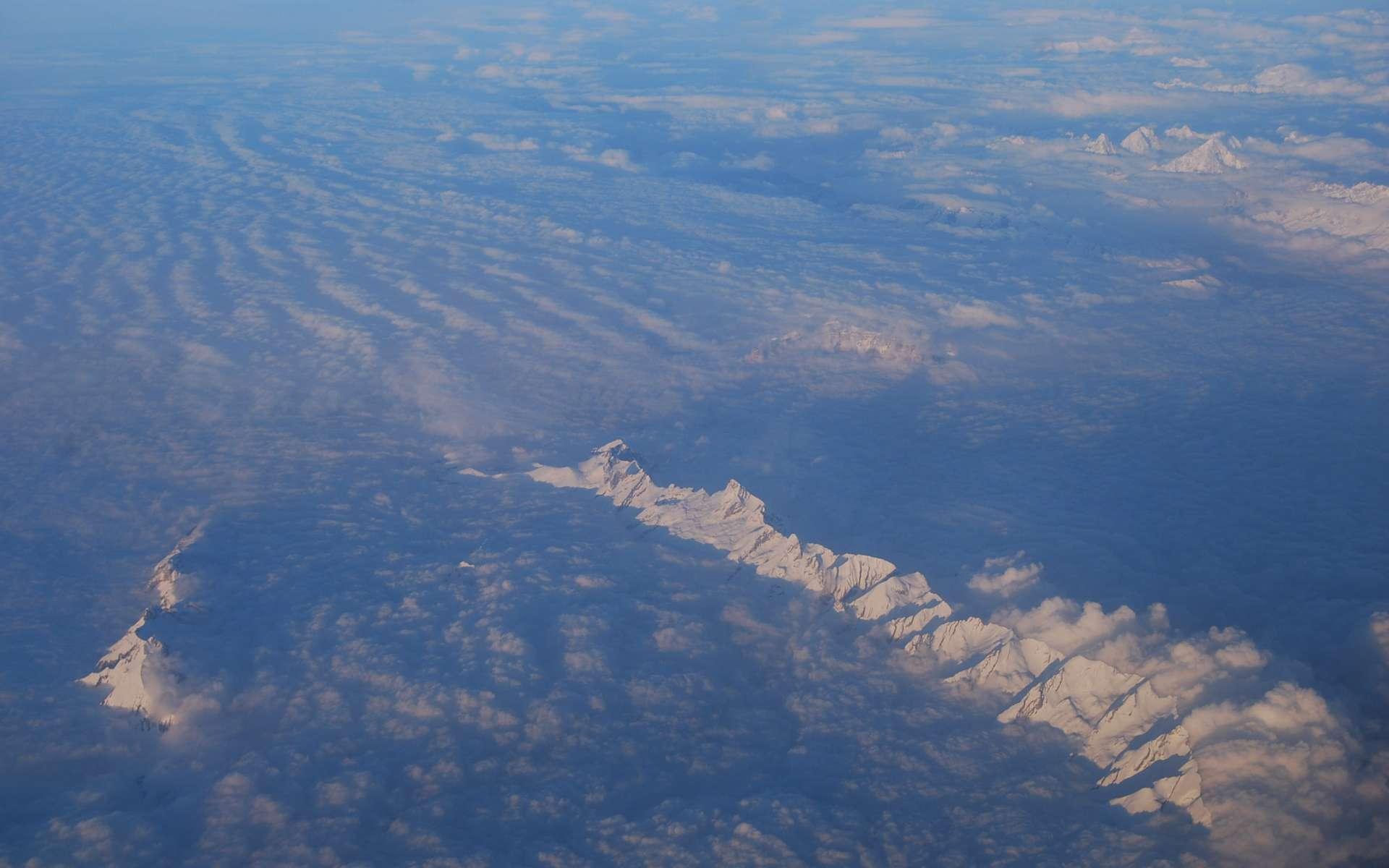 Le Goddard Space Flight Center de la Nasa a élaboré un nouvel outil qui donne une vue globale de la circulation atmosphérique autour de l'Amérique du Nord et du Sud. L'application permettra de mieux prévoir l'évolution des phénomènes météorologiques qui prennent naissance à l'ouest ou à l'est du continent américain, et qui peuvent affecter jusqu'à l'Europe (à l'image, les Alpes et leurs nuages vus du ciel). © Rémy Decourt, Futura-Sciences