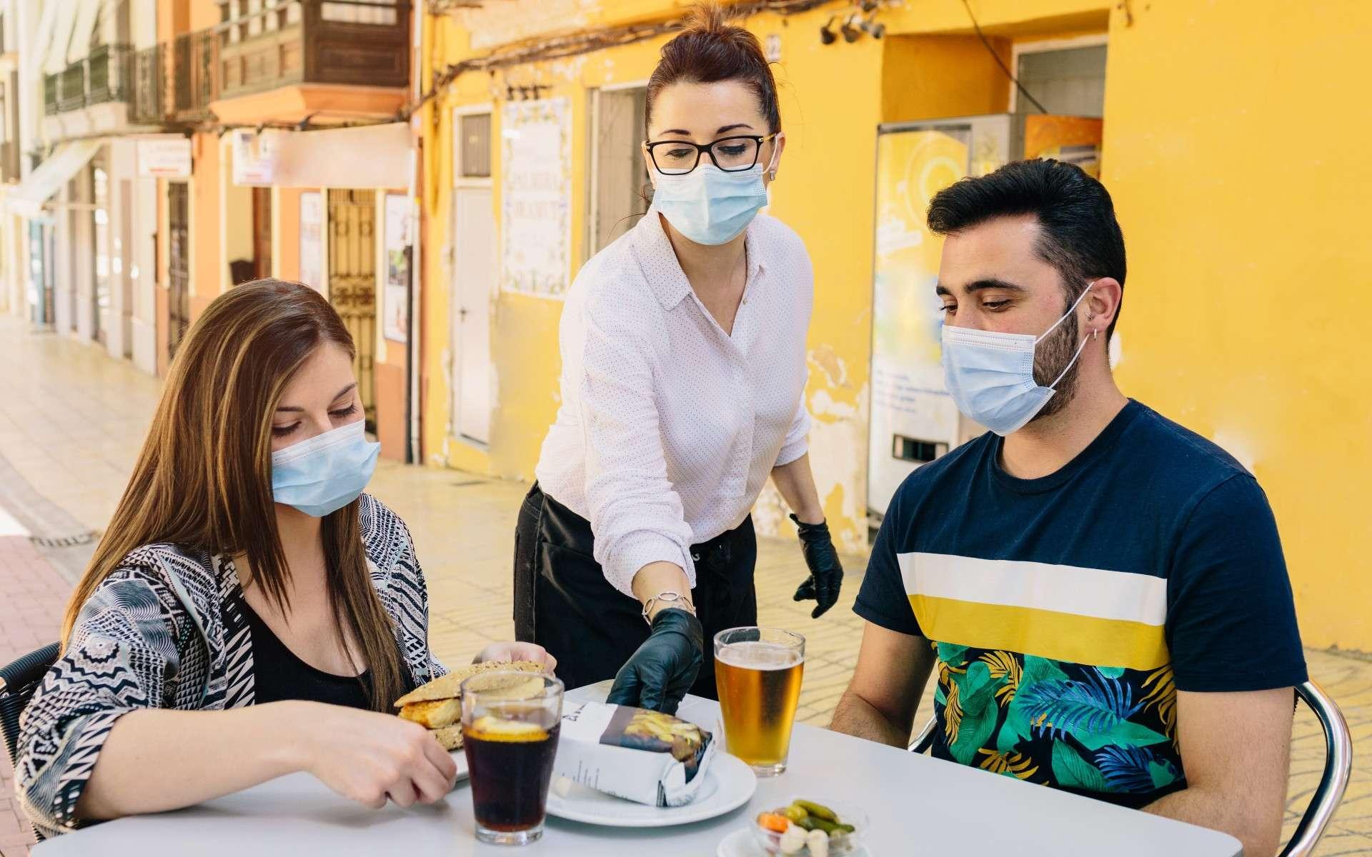 Les restaurants et cafés peuvent accueillir des clients en terrasse. Les lieux culturels, les salles de cinéma et les commerces sont à nouveau ouverts. © pedrotalens.com, Adobe Stock