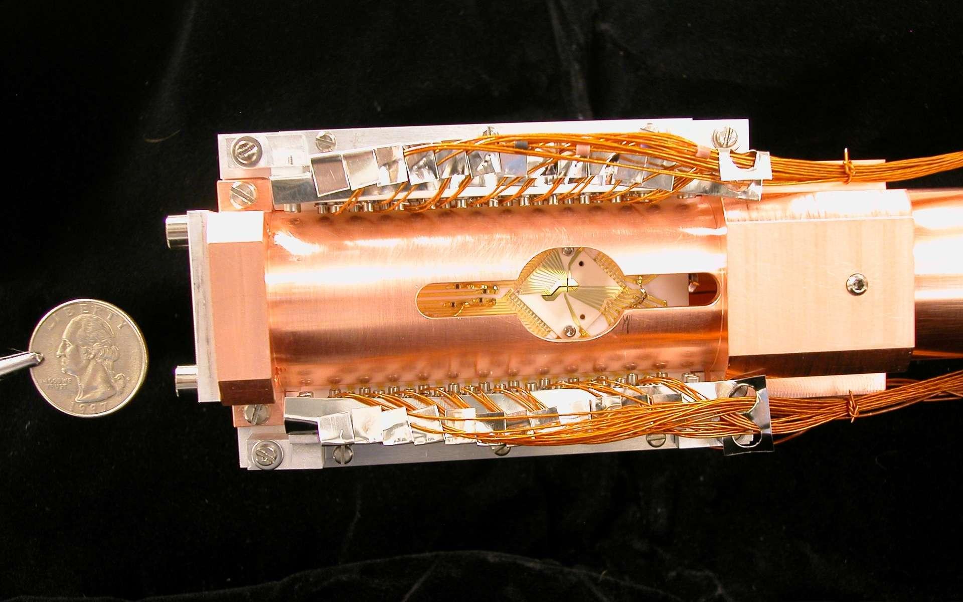 Le piège à ions utilisé pour faire des expériences d'intrication quantique entre des ions de magnésium et de béryllium est en réalité de petite taille sur la photo du dispositif qui le porte. Les deux ions y sont séparés par une distance de 4 microns et sous vide. © Blakestad, NIST