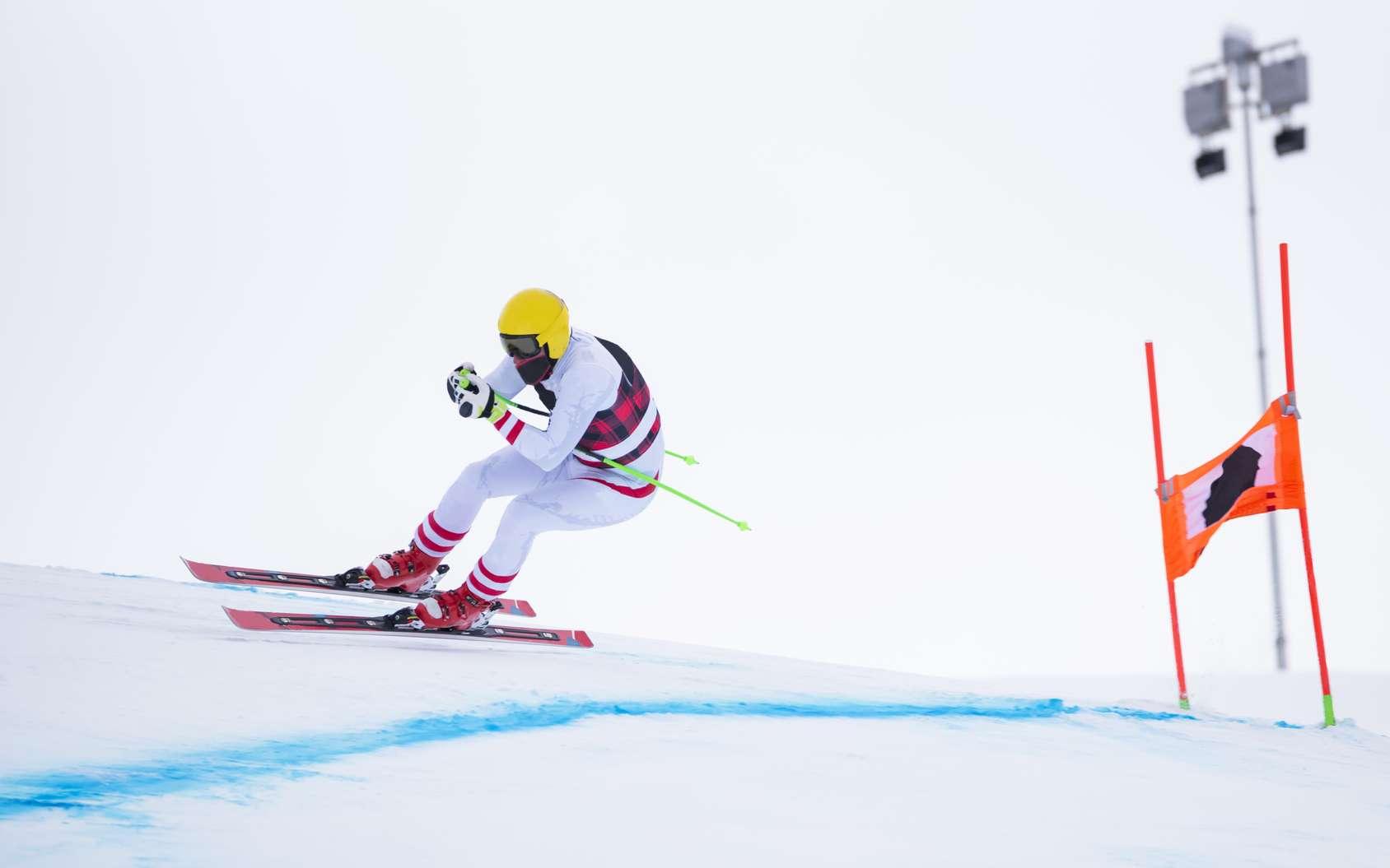 Sur des pentes extrêmes, les skieurs les plus rapides dépassent les 250 km/h. © Nikokvfrmoto, fotolia