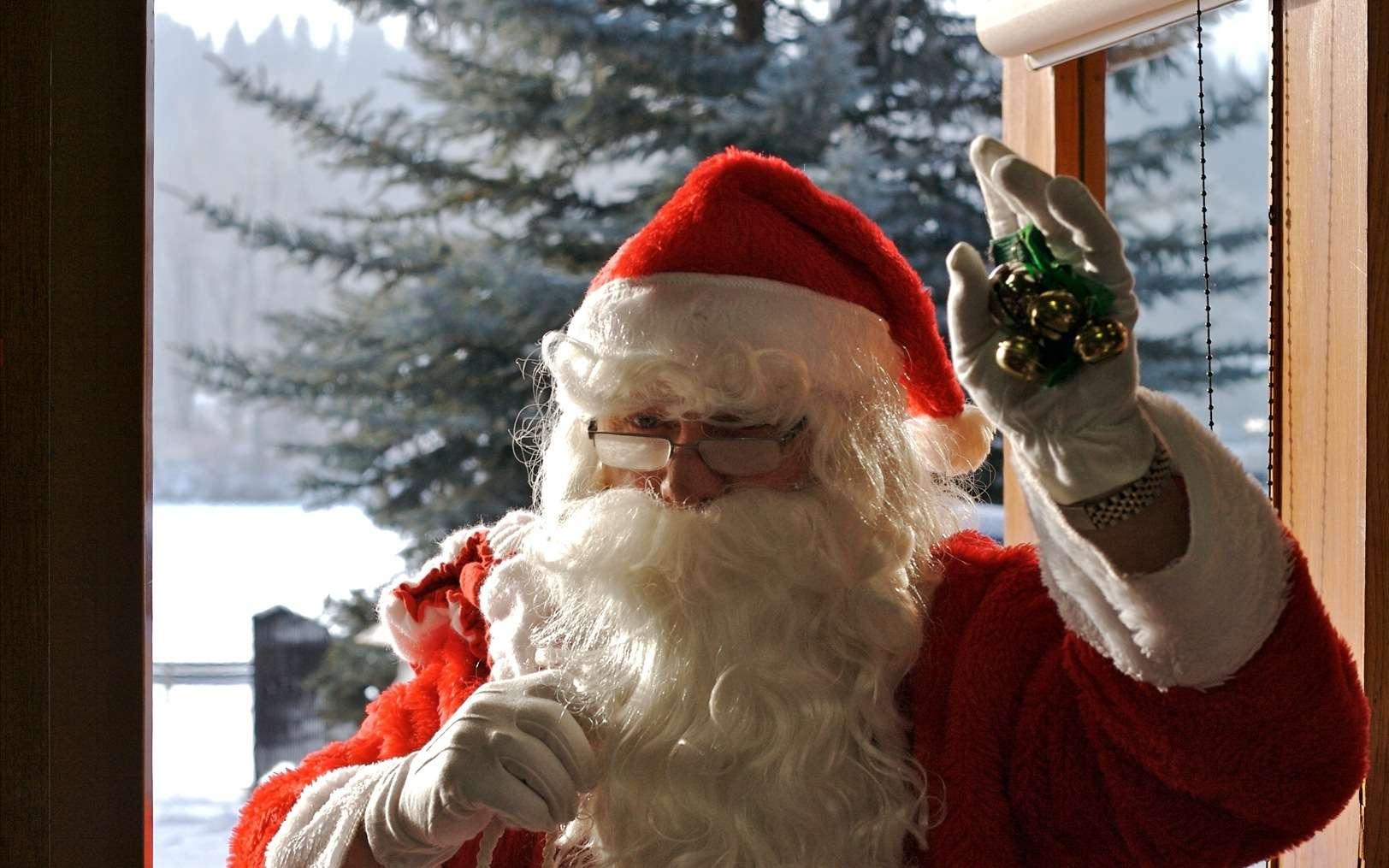 Et si le père Noël sortait toute l'année maintenant ? Avec sa grande barbe, il ne craint pas les rayons du soleil. Tant mieux, puisqu'en Laponie, où il vit, l'astre du jour n'est presque jamais couché à la belle saison. © D'Arcy Norman, Fotopédia, cc by 2.0