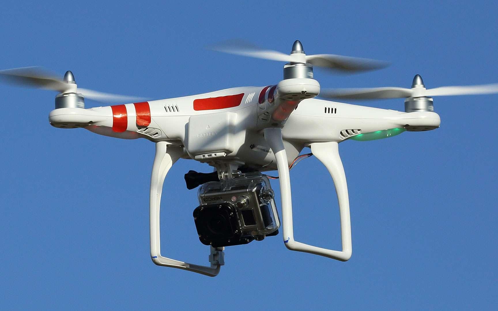 Un drone pour débutant, le DJI Phantom. Le drone DJI Phantom est un drone d'agrément sous lequel il est possible d'adapter une mini-caméra. Il pèse 880 grammes, mesure 17 centimètres de haut et 39 x 39 cm de côté. Il se dirige à l'aide d'une télécommande chargée de quatre piles AA et est équipé de LED colorées vertes et rouges indiquant la direction de vol. La distance maximale qui permet de garder le contact est d'environ 1.000 mètres. Sa vitesse en vol horizontal est de 10 mètres par seconde (m/s) et en vertical de 6 m/s. Il est équipé d'un système de Contrôle intelligent d'orientation (CIO) et d'un GPS. Son temps de vol maximum varie entre 10 et 15 minutes. Lorsque la communication entre le contrôle principal et l'émetteur est coupée, le système GPS ramène automatiquement l'engin à son pilote et le pose au sol. © Don McCullough, CC by-nc 2.0