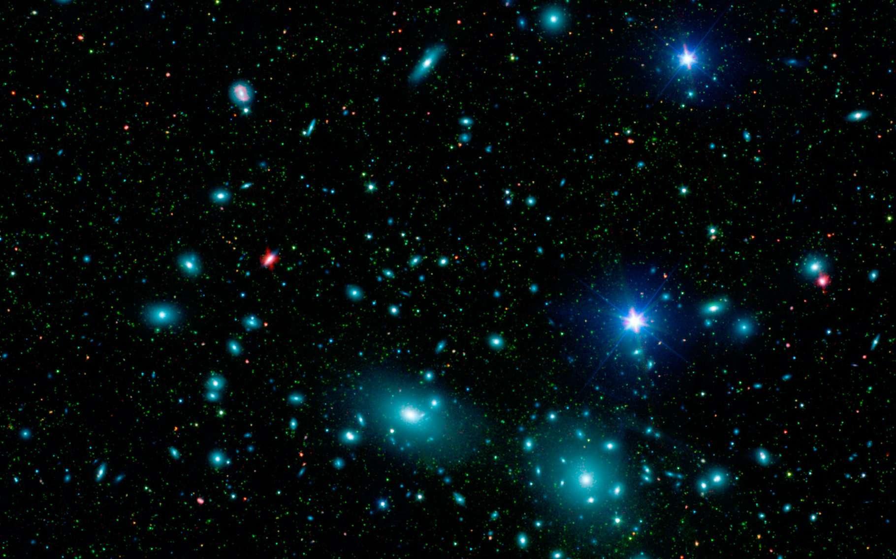 L'amas de Coma — ici en image — est situé à plus de 320 millions d'années-lumière de notre Terre. Ce qui en fait un amas facile à observer. Mais il reste difficile d'y distinguer une galaxie qui aurait 7 milliards d'années d'une autre qui aurait 13 milliards d'années. C'est pourquoi, pour déterminer à quelle période les premières étoiles se sont formées dans l'univers, les astronomes de l'université de Victoria (Canada) ont préféré étudier XLSSC 122, l'un des amas de galaxies les plus éloignés de nous. © L. Jenkins, Nasa, JPL-Caltech
