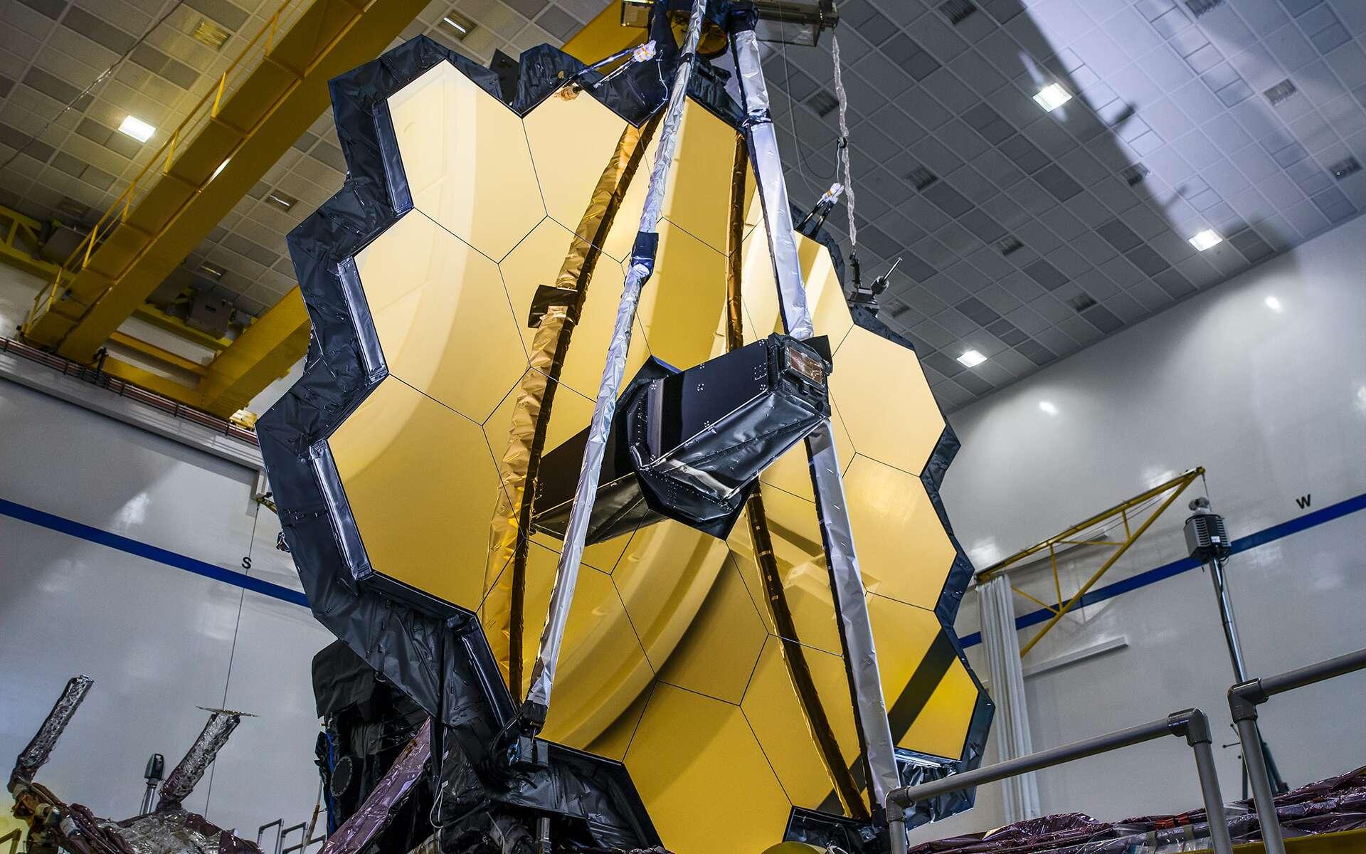 Le miroir primaire de l'observatoire spatial James-Webb, lors d'un test de déploiement en gravité zéro simulée. © Nasa, Sophia Roberts