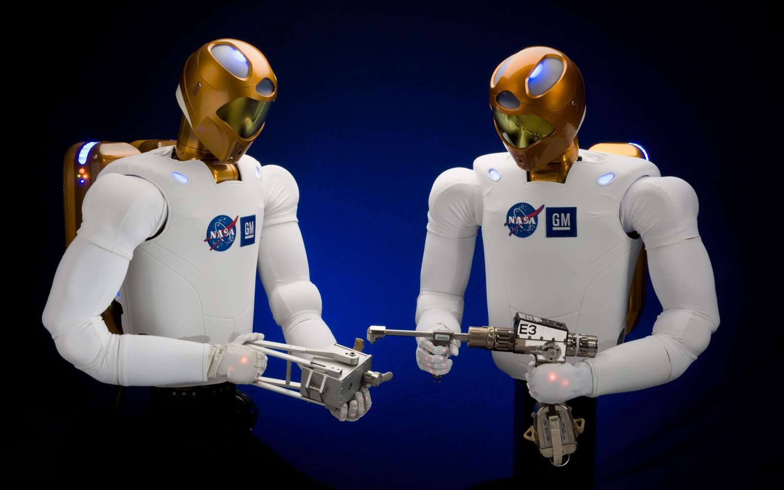 Le robot R2 est conçu pour travailler à côté d'humains, qu'il s'agisse d'astronautes en orbite ou d'ouvriers dans les usines de General Motors. Crédit Nasa / Johnson Space Center