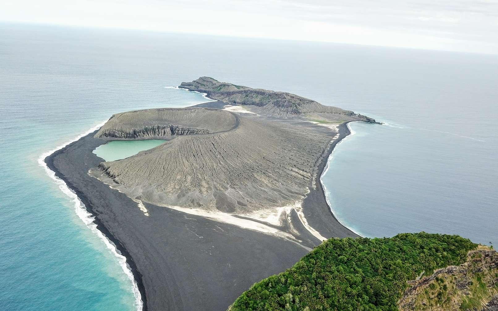 Hunga Tonga-Hunga Ha'apai, ou HTHH, vue par un drone. L'île (au centre), née début 2015, est encadrée par ses deux grandes sœurs, beaucoup plus anciennes : Hunga Tonga au premier plan, couverte de végétation ; et Hunga Ha'apai, au loin. Un isthme formé par les sédiments volcaniques les relie. © Sea Education Association/SEA Semester