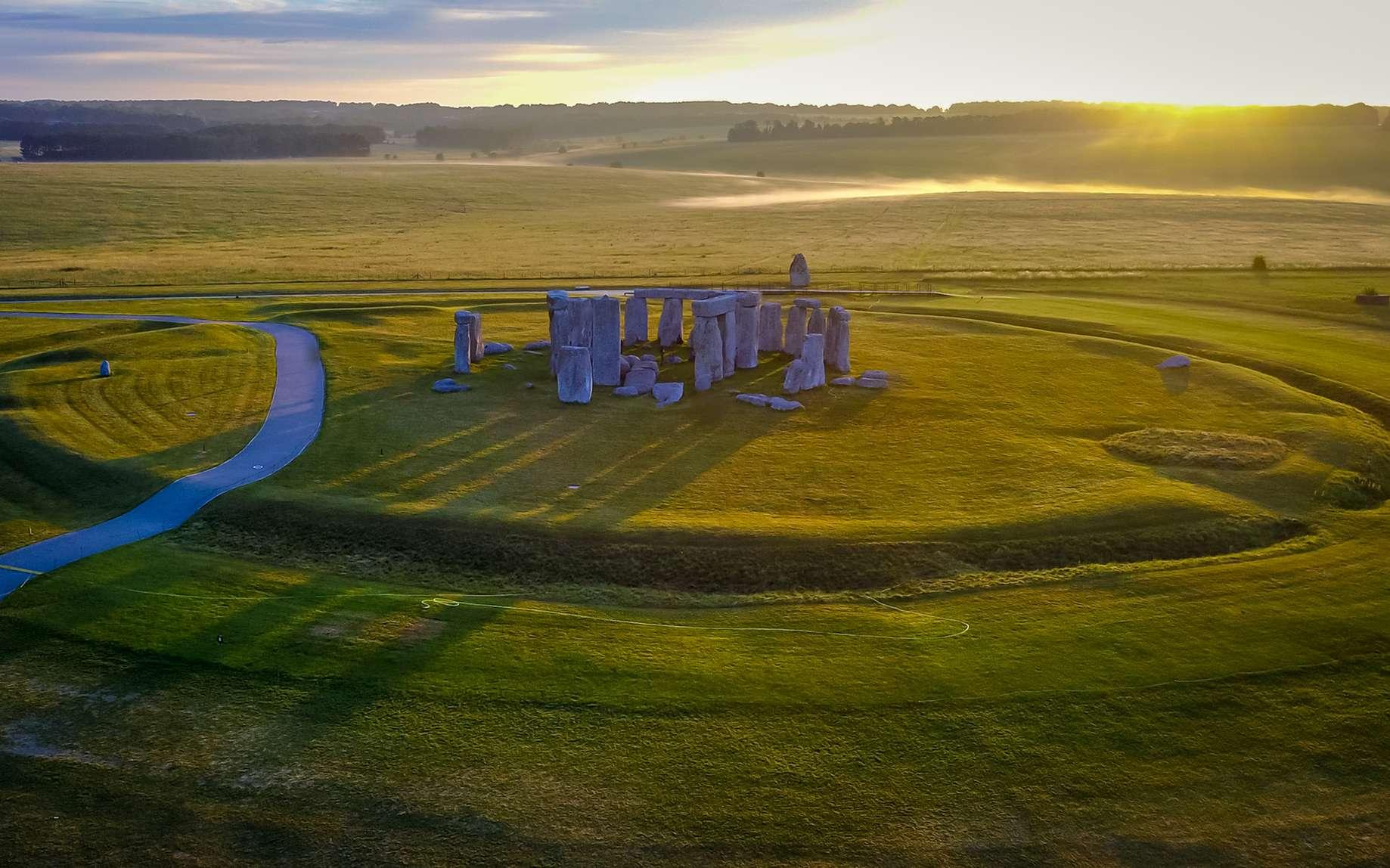 Les premières structures mégalithiques seraient apparues en Bretagne (France). Ici, le site de Stonehenge au lever du Soleil. © Nicholas, Fotolia