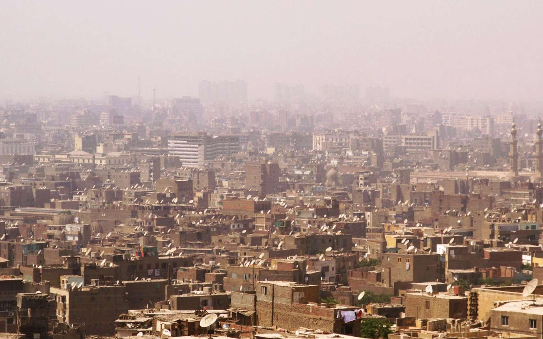 Une vue du Caire en plein smog. Des vagues de chaleur avec des températures pouvant dépasser les 40 °C sont très dures à supporter dans ce genre de ville. La population de l'Égypte compte déjà 88 millions de personnes. Que feront-elles si elles deviennent des réfugiés climatiques? © Wikipédia cc by sa 3.0