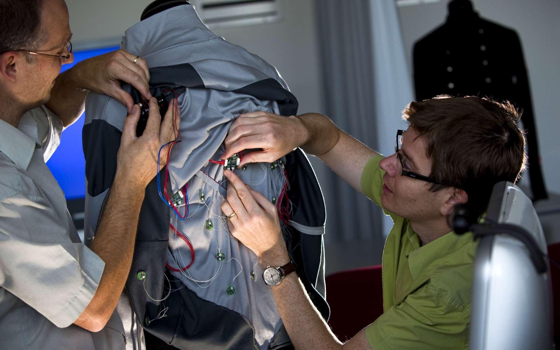 Mise en place des servomoteurs parcourant la veste. © Philips