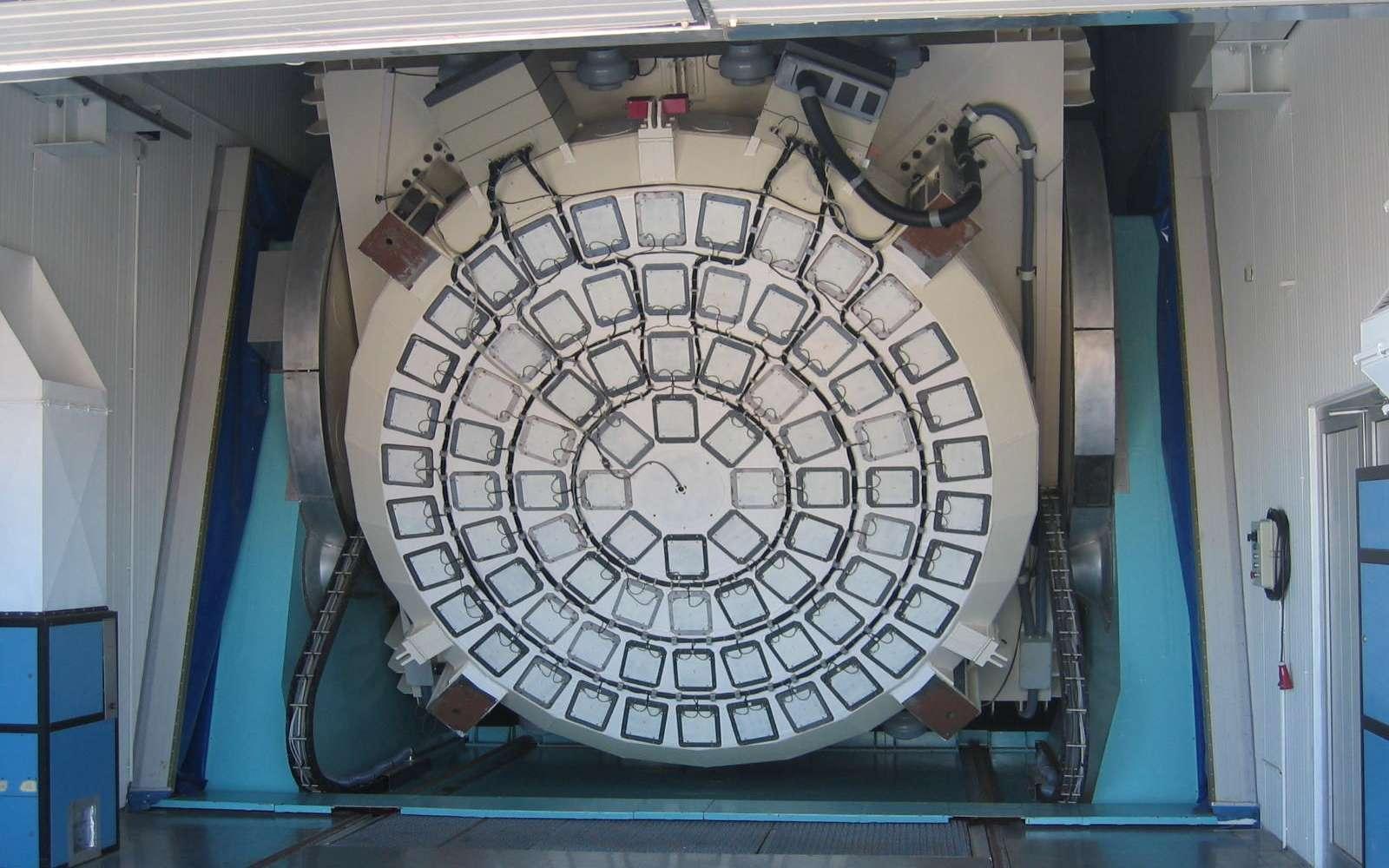 Miroir à optique active du NTT (New Technology Telescope) à l'observatoire de La Silla (Chili). © Wikipedia-denys