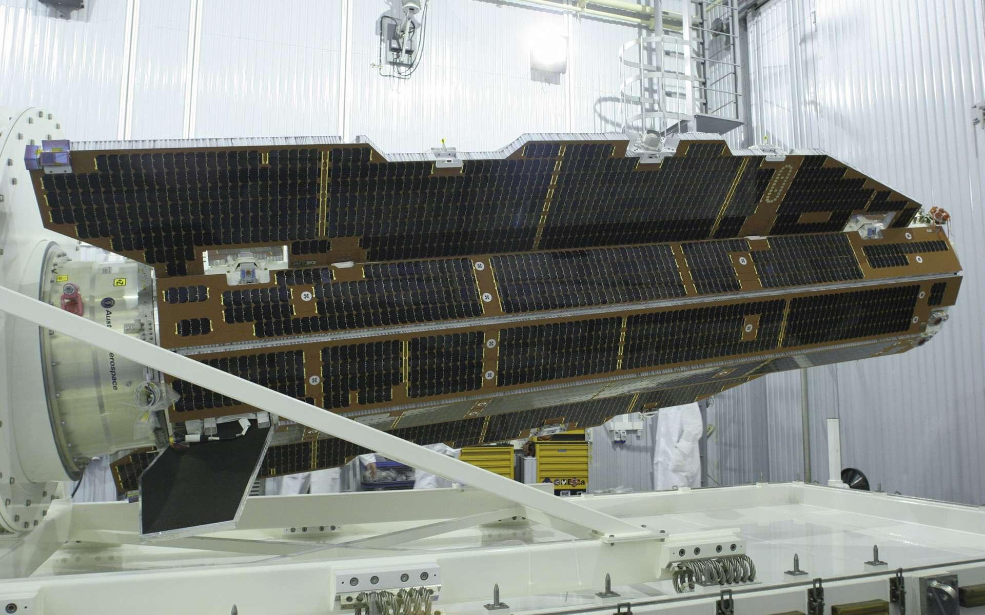 Goce est le premier satellite du programme Earth Explorer de l'Agence spatiale européenne à avoir été mis en orbite avec succes. Avec ses 5 m de long pour un diamètre d'1 m, Goce présente une forme aérodynamique afin de minimiser la résistance due à la friction de l'air. Une condition sine qua non pour le bon fonctionnement du gradiomètre, qui exige une stabilité parfaite. © Esa, krunitchev