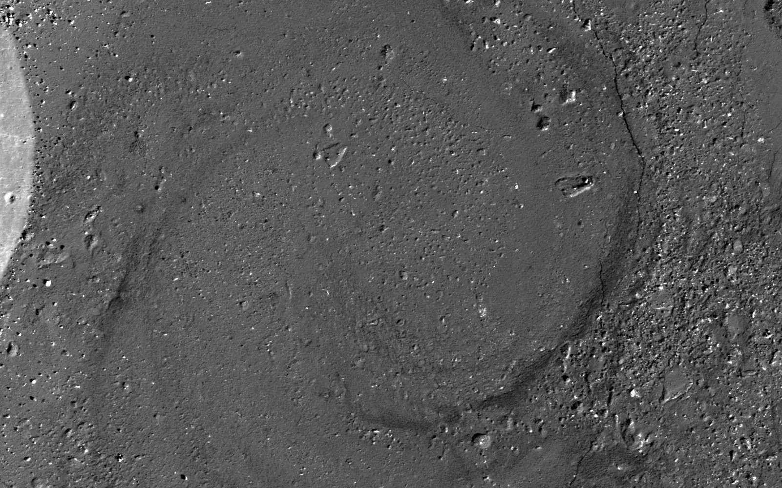 Photographié par la sonde LRO, ce motif en spirale d'environ un kilomètre de diamètre orne le fond du cratère lunaire Giordano Bruno. Les scientifiques pensent que des coulées de lave de différentes viscosités pourraient s'enrouler pour former un tel dessin. © Nasa, GSFC, Arizona State University