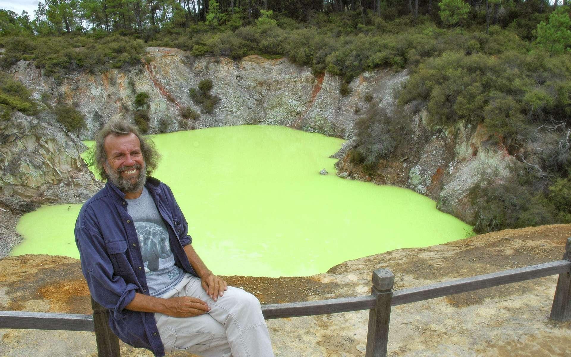 La Nouvelle Zélande est une terre de volcan. On en compte plus de 70 sur les deux îles, mais la région la plus active se concentre autour de Taupo, sur l'île du Nord. Célèbre pour son odeur de soufre et ses lacs aux couleurs vibrantes, la zone abrite le bain du Diable. Ce petit plan d'eau, derrière Antoine, porte très bien son nom puisque toute baignade est vivement déconseillée. En effet, sa couleur vert néon est due à une forte teneur en fer et en sulfur. Il se murmure que ces eaux sont assez acides pour ronger la peau de ceux qui oseraient y plonger. © Antoine, tous droits réservés